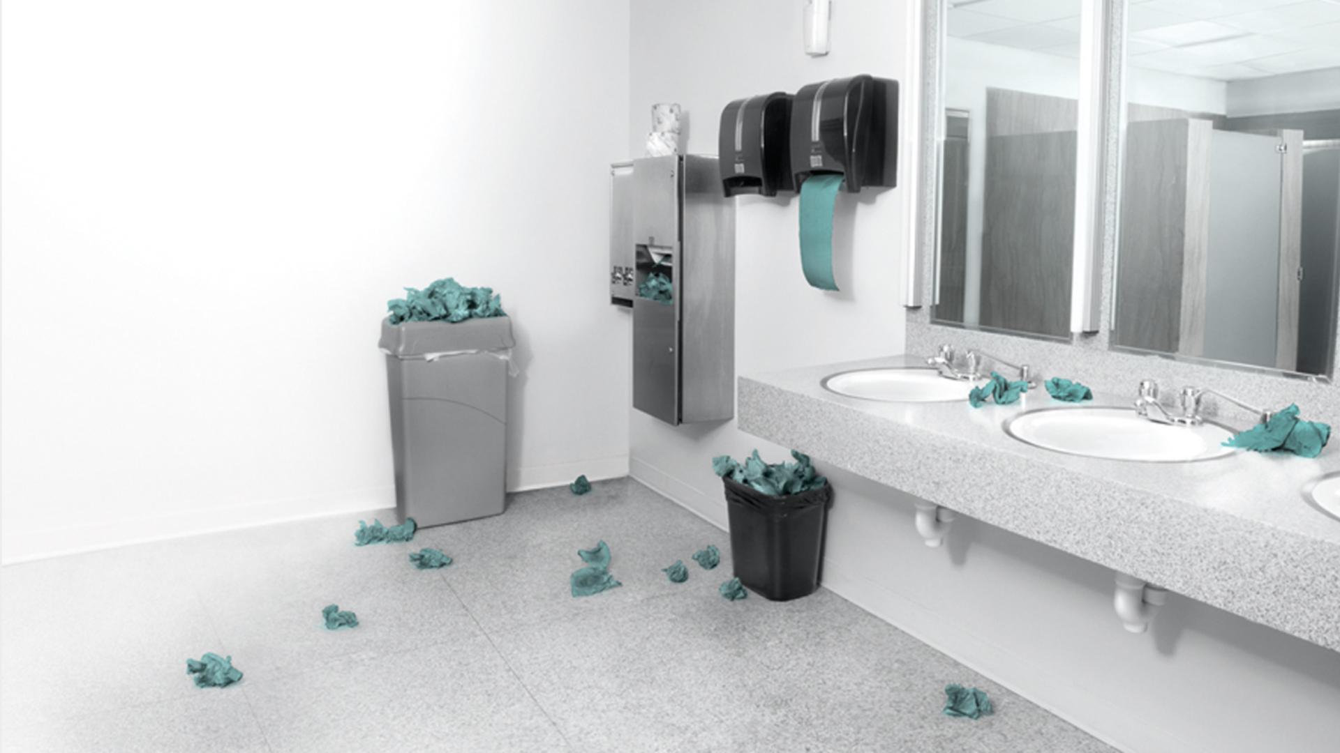 حمام مليء بالفوضى