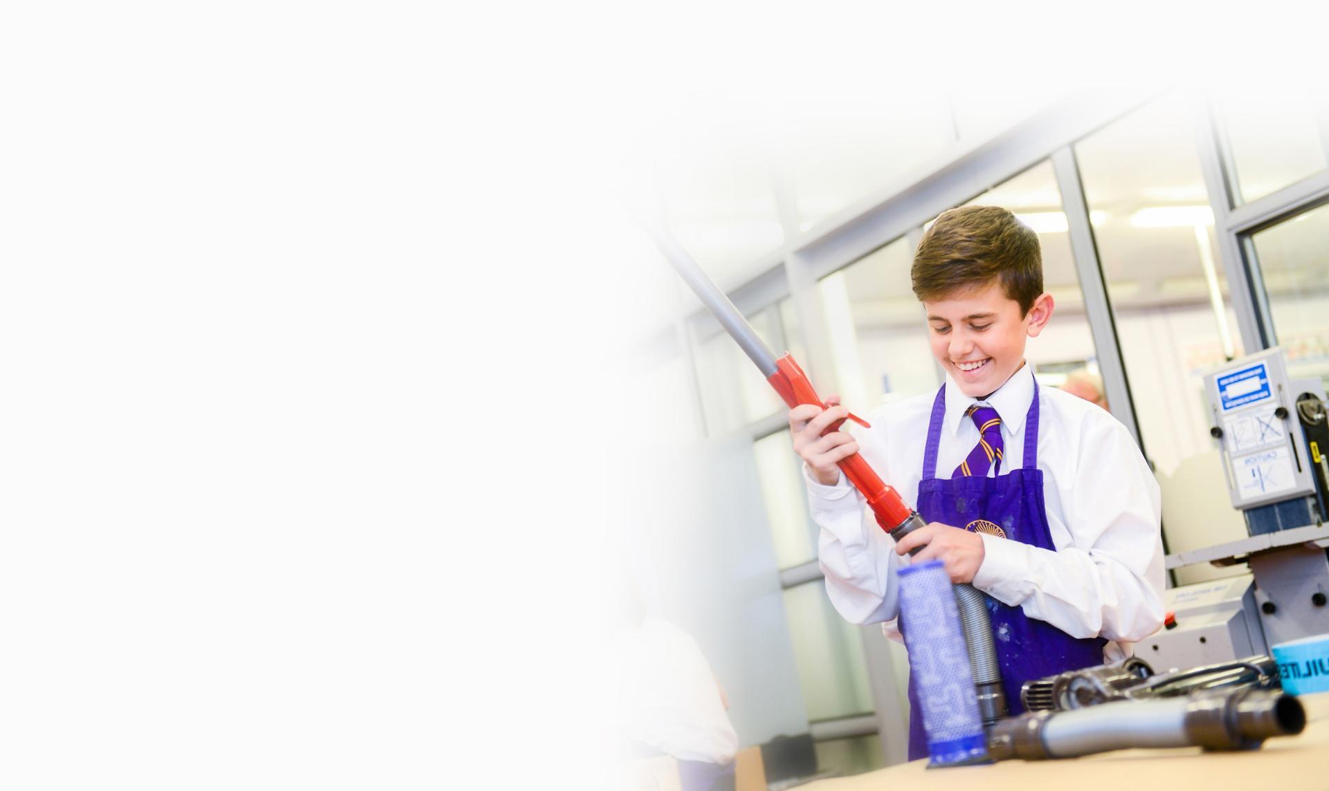 Dyson-technológiát elsajátító fiatal mérnökhallgató