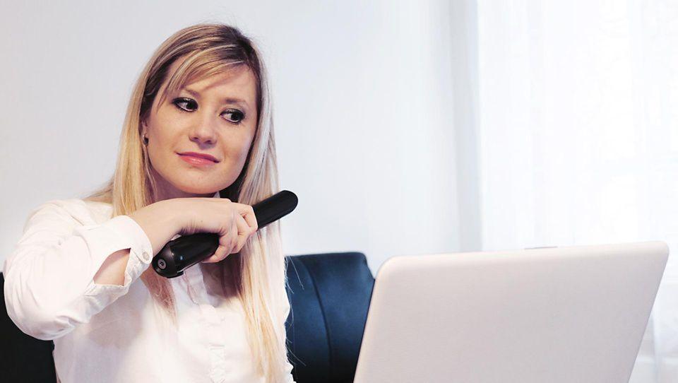 Kobieta używająca prostownicy Dyson Corrale podczas wideorozmowy