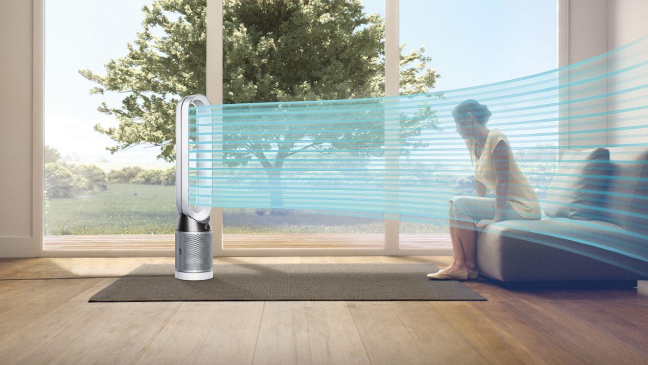 Frau nutzt den Ventilator im Sommer