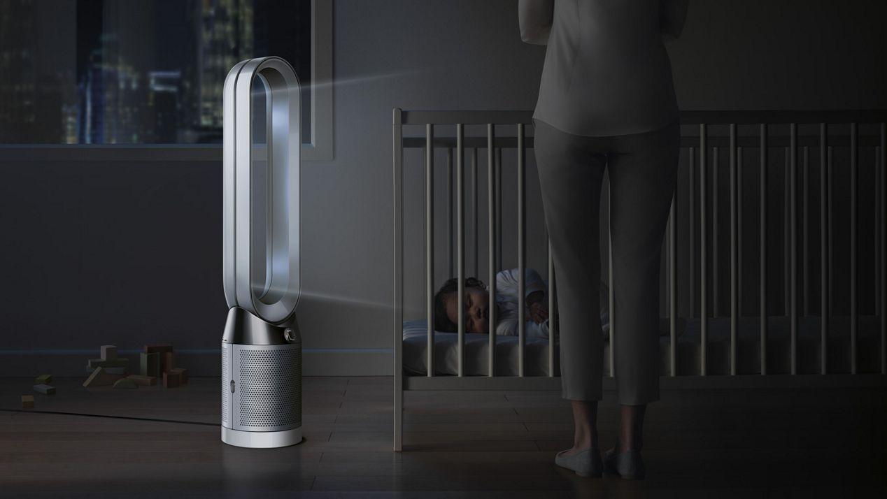 Tischventilator mit Luftreiniger steht nachts neben dem Bett