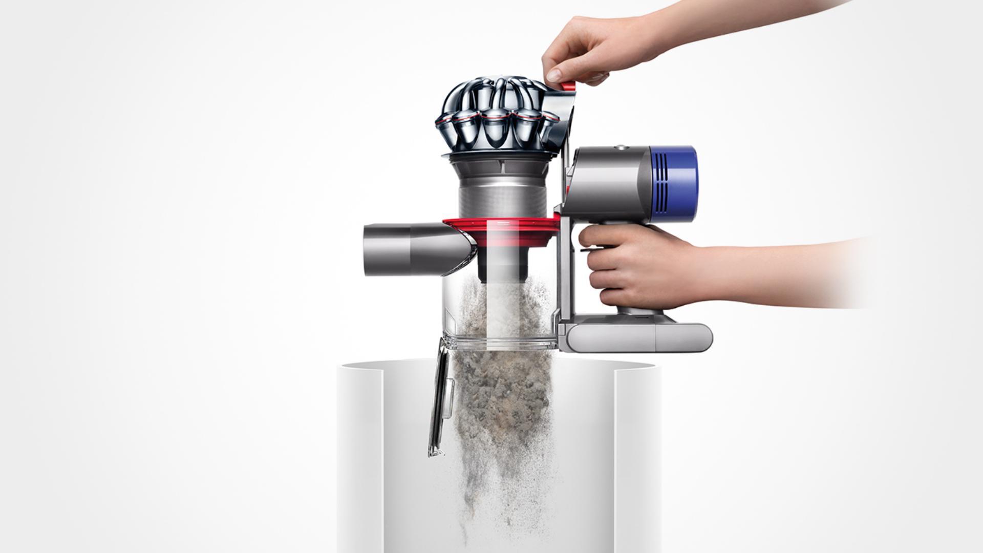 A Dyson V8 egyszerű kiürítése a szemetesbe