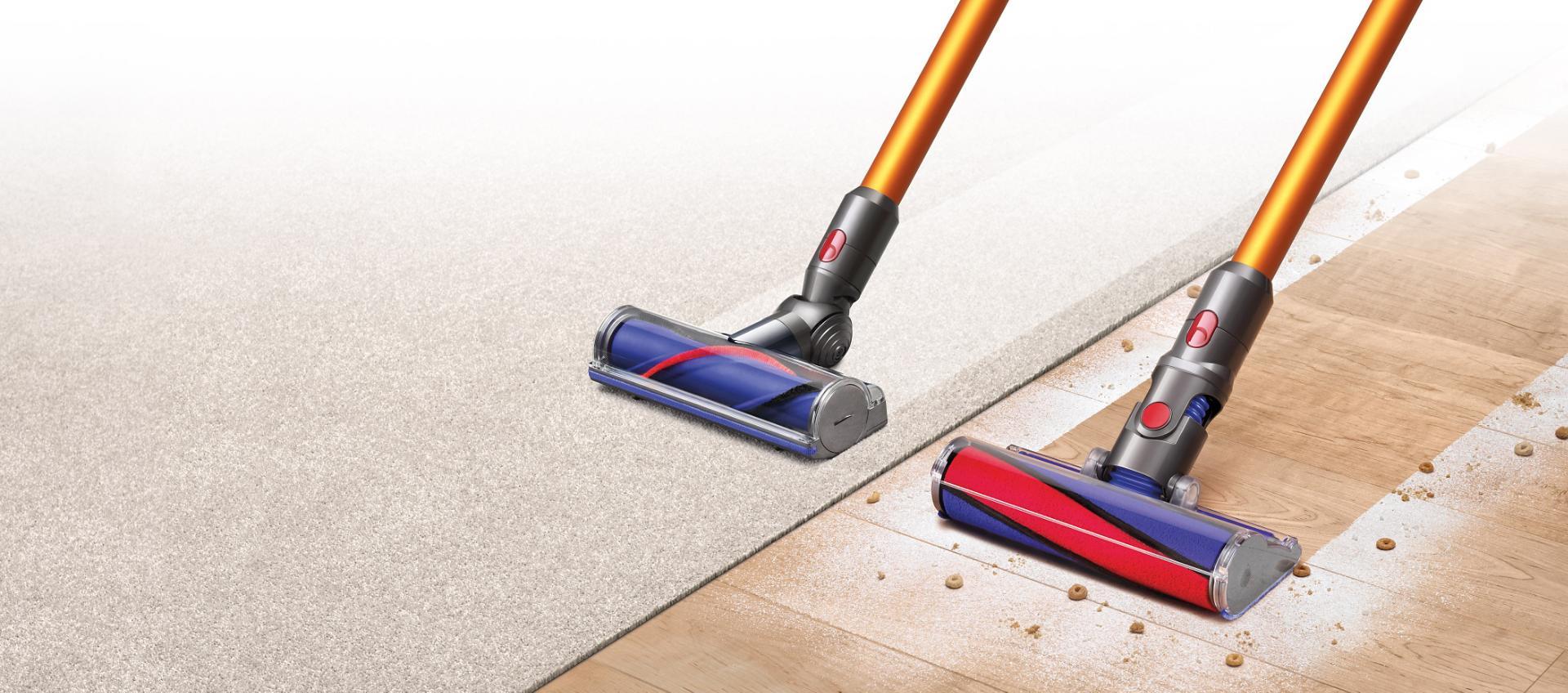 שני שואבי אבק Dyson V8 זה לצד זה על שטיח ורצפות
