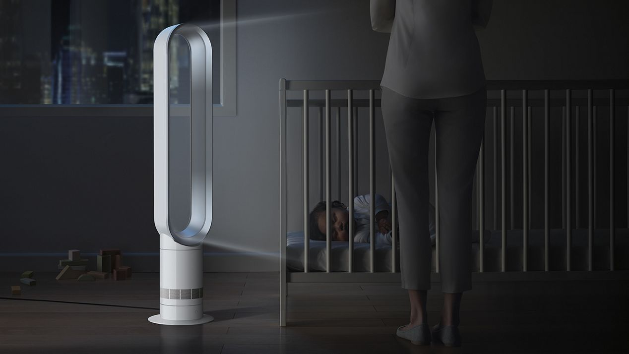 Dyson Turmventilator im Schlafzimmer mit schlafendem Baby im Kinderbett