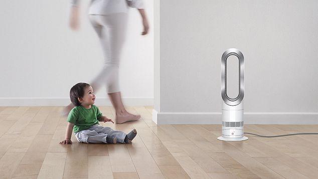 Enfant jouant à côté du ventilateur chauffage DysonHot+Cool