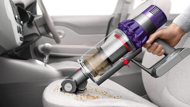 El süpürgesi modunda Dyson Cyclone V10™ elektrikli süpürge araba koltuğunu temizlerken