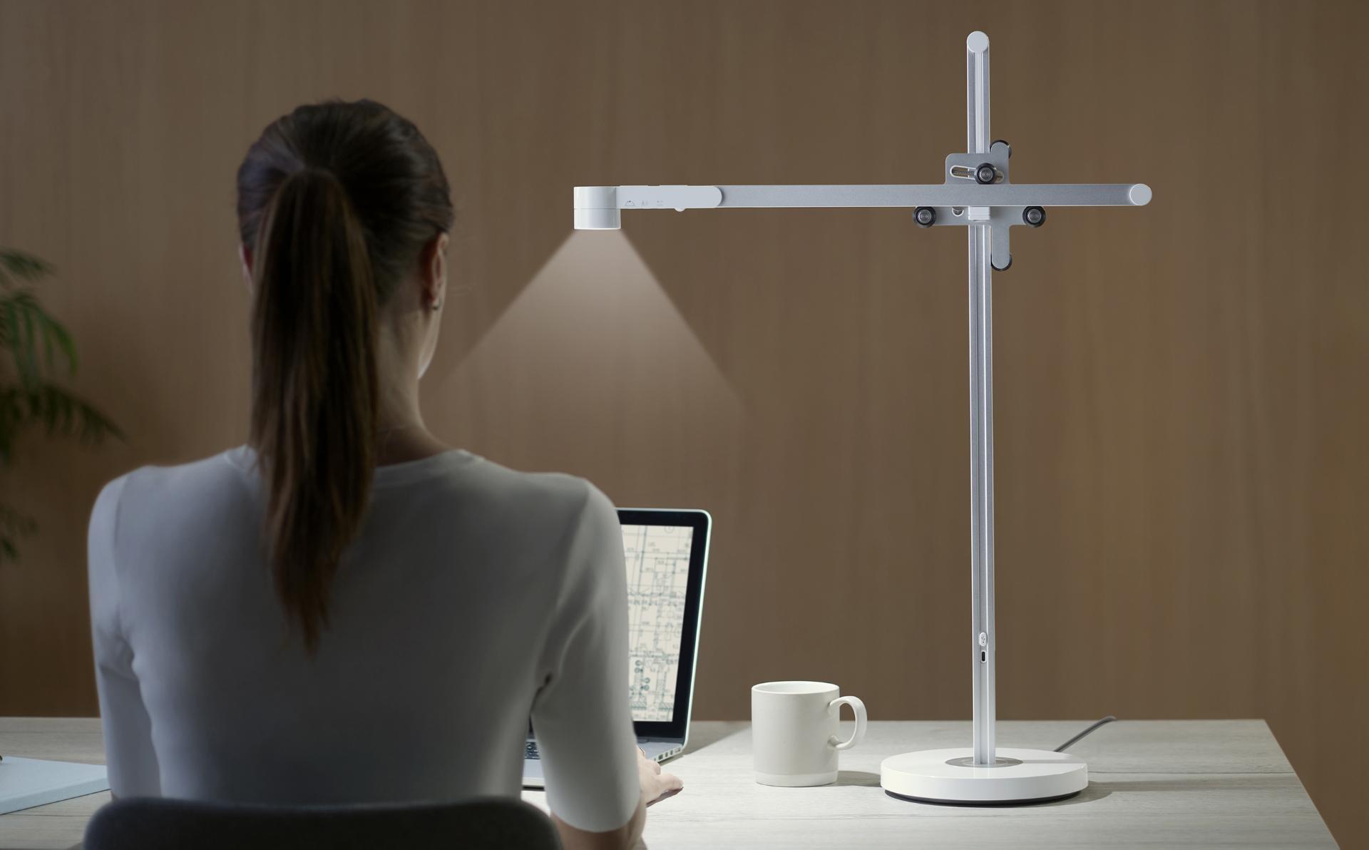 在书桌上工作的妇女用浅循环任务光