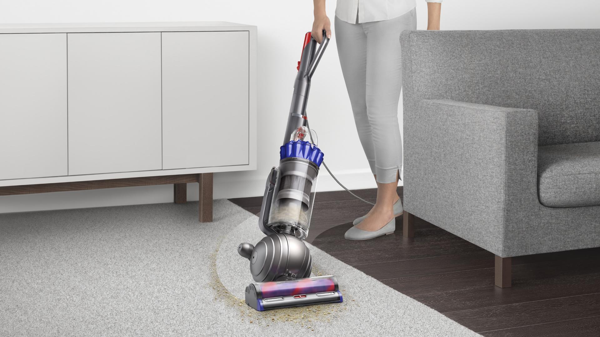 אישה שואבת רצפה באמצעות שואב האבק עומד של  Dyson