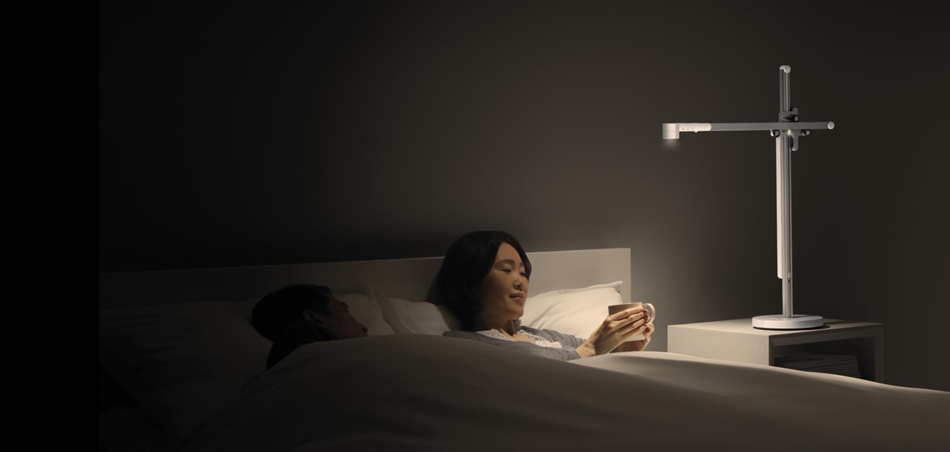 一位女士在舒適的燈光下喝茶
