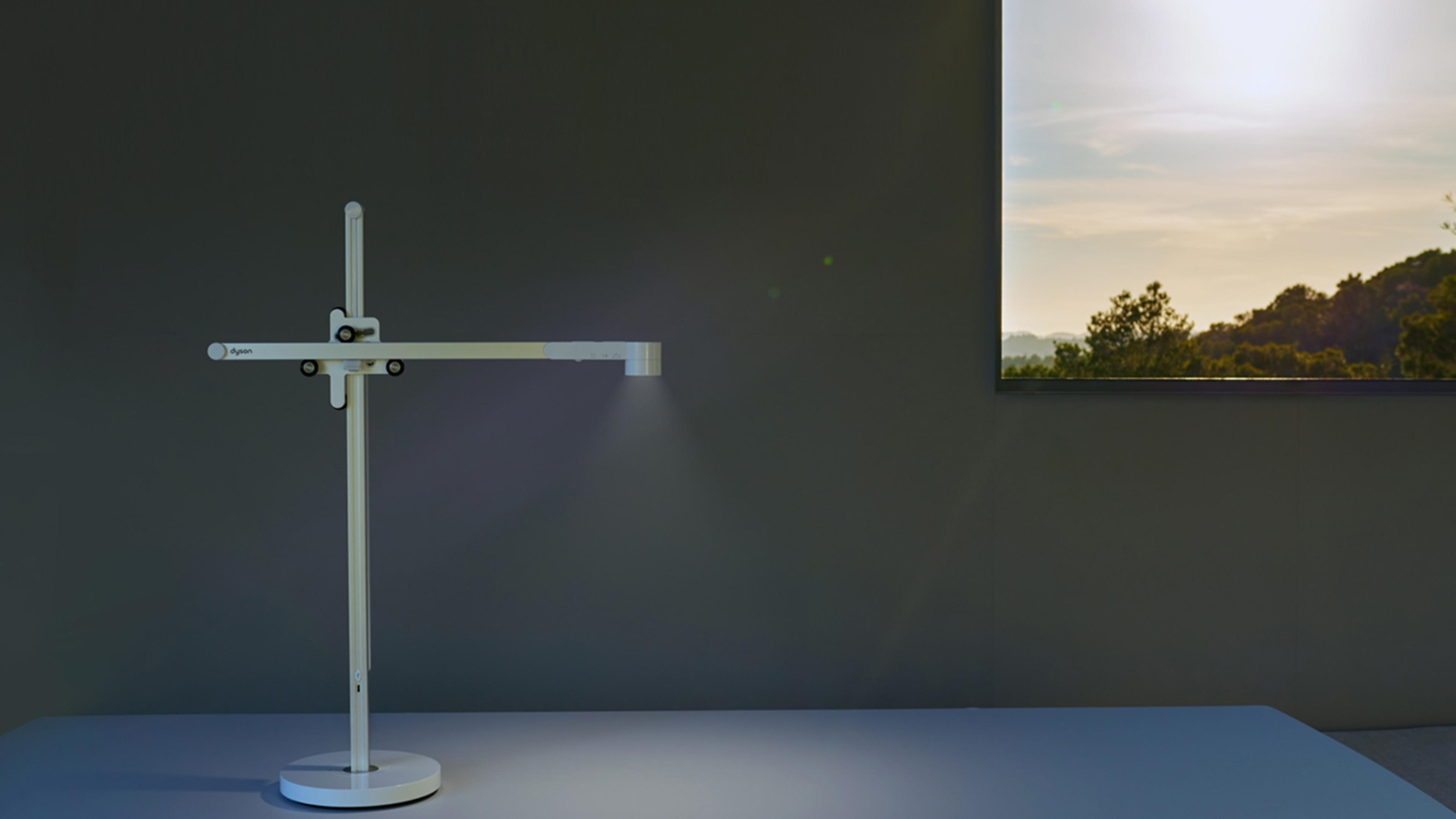 Dyson Lightcycle™ task light adjusting with daylight