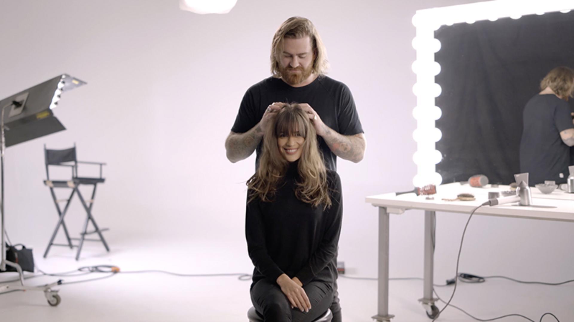 سيدة تُصفّف شعرها في إحدى صالونات التجميل