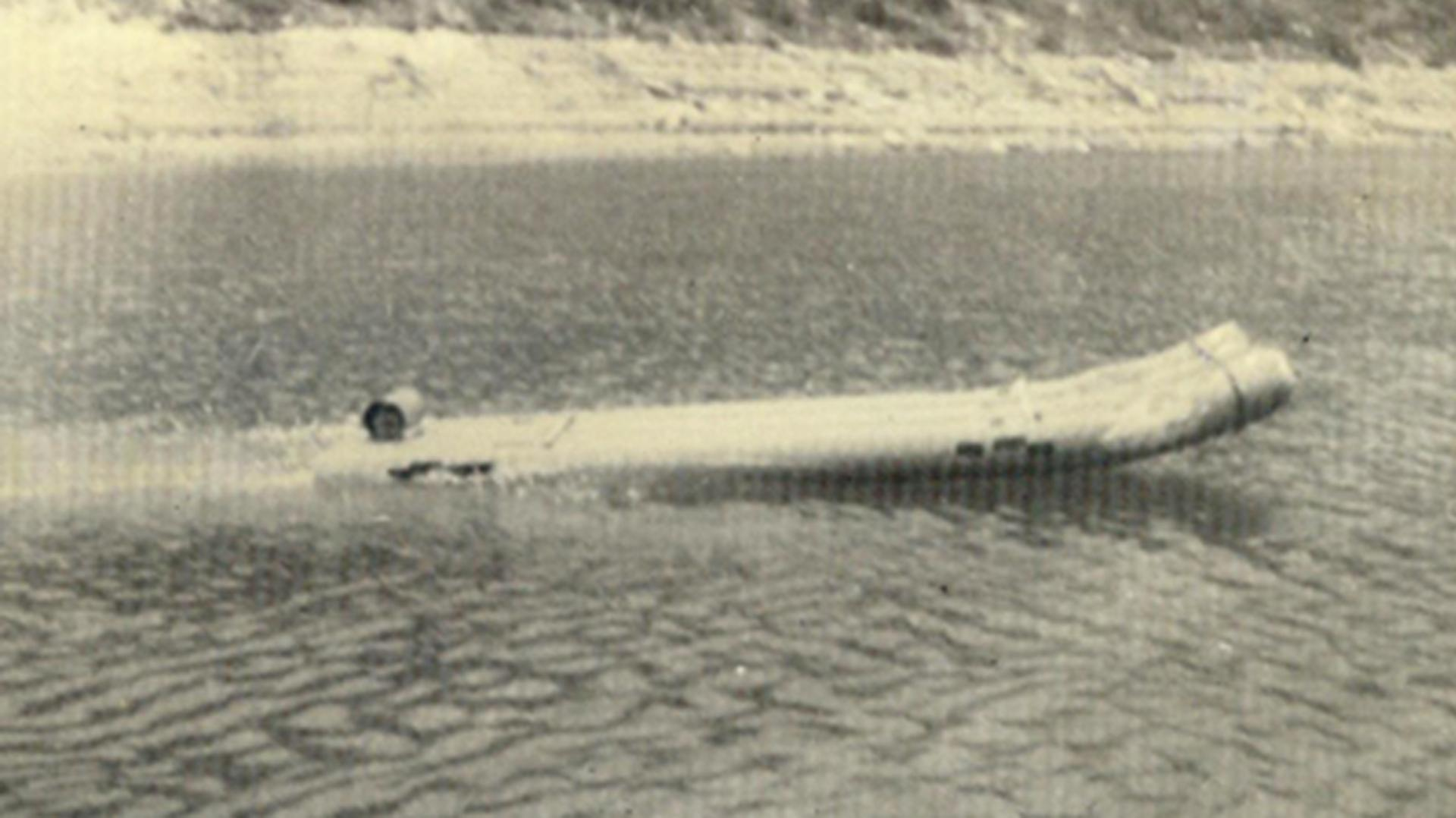 A scale model of the Tube Boat being tested in a reservoir near the Basses Alpes