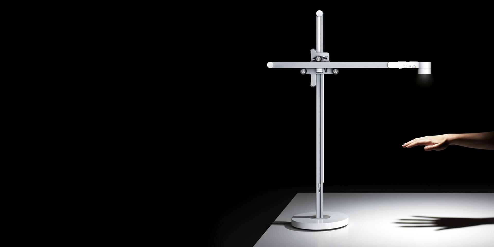 손에 강한 빛을 발산하는 다이슨 라이트 싸이클™ 테스크 조명