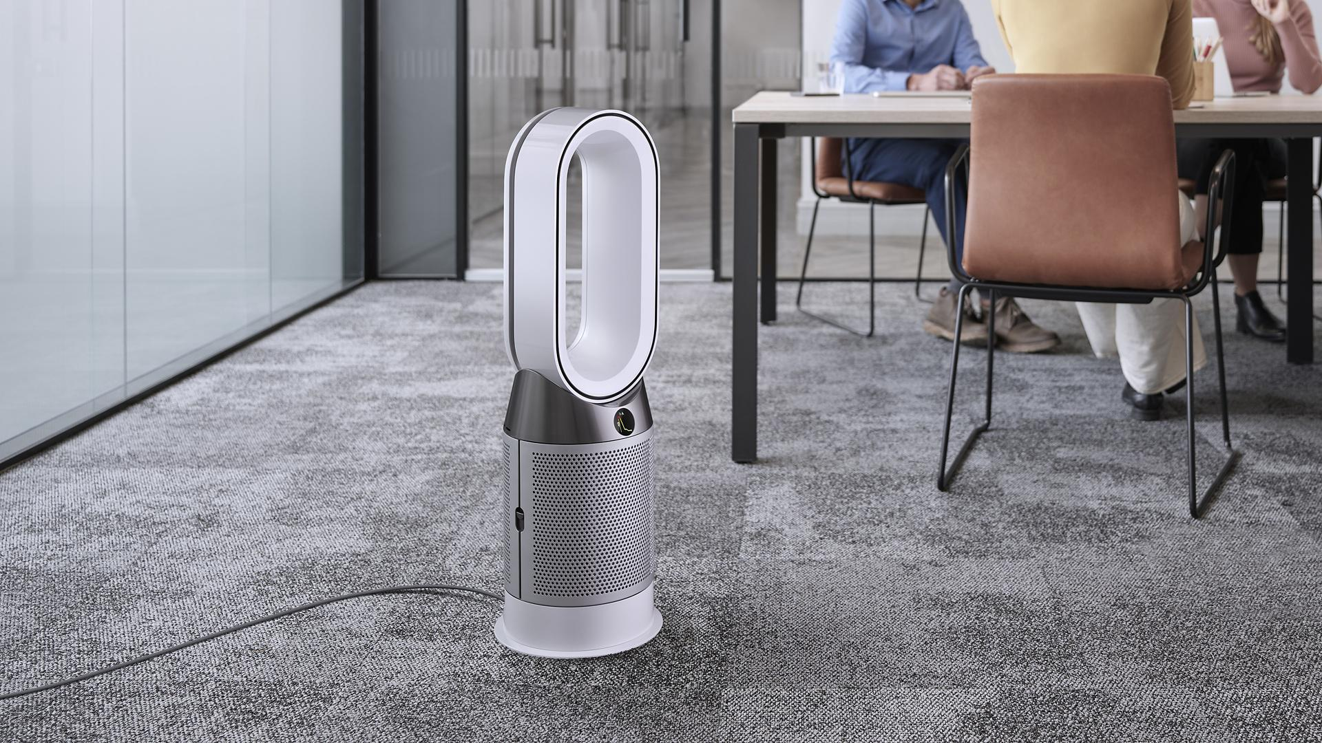 صورة لجهاز Dyson Pure Hot+Cool في بيئة تجارية