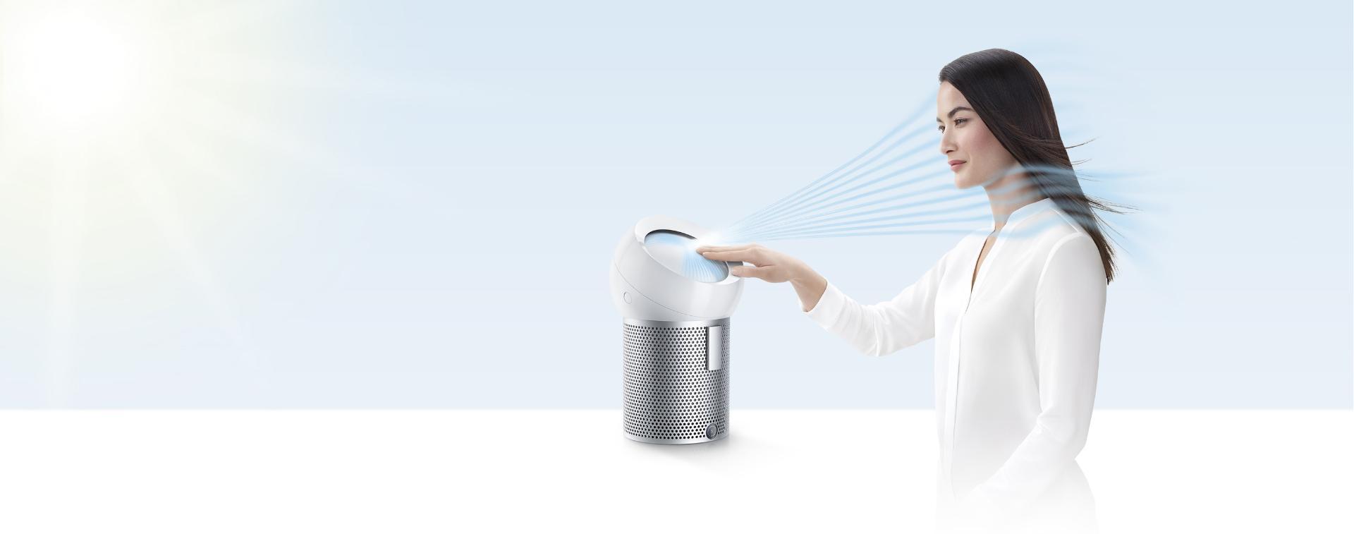 다이슨 퓨어 쿨 미 퍼스널 공기청정기가 공기청정기로 더위를 이겨내는 여성