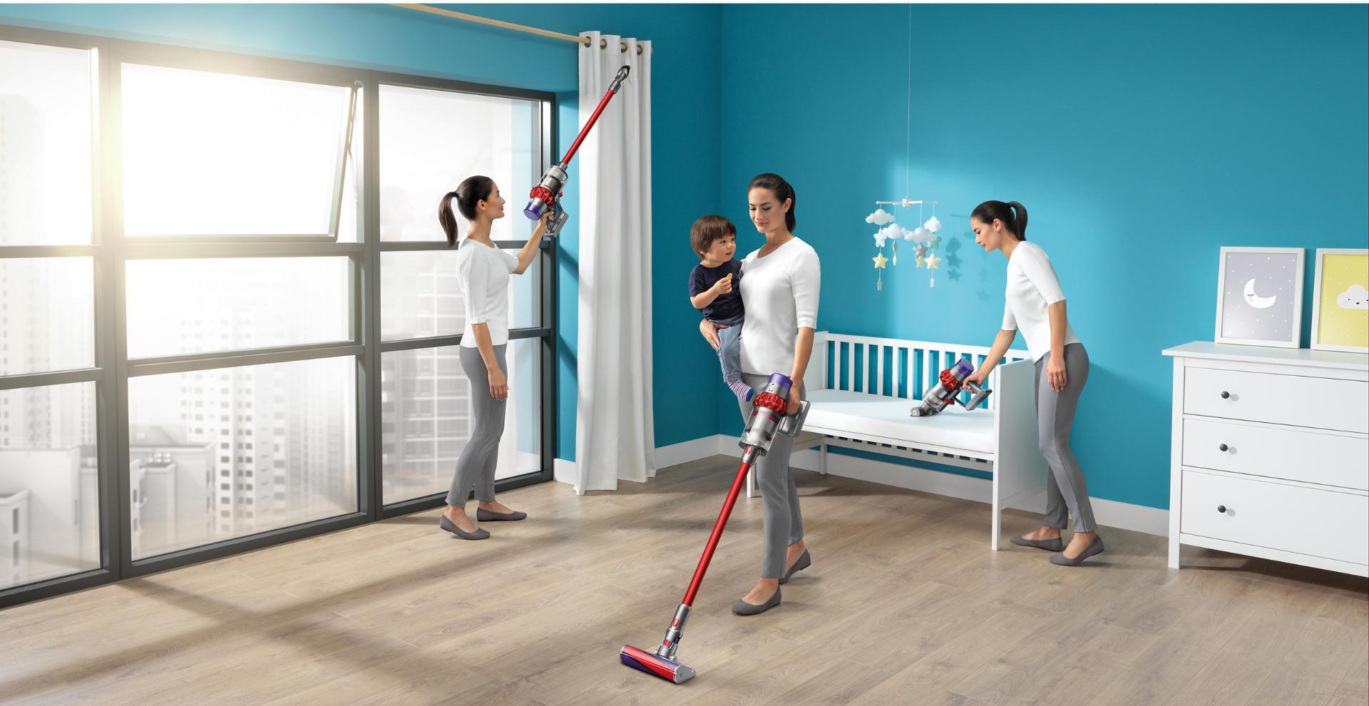 Dyson Cyclone V10™ 吸塵機正應用於家中進行清潔