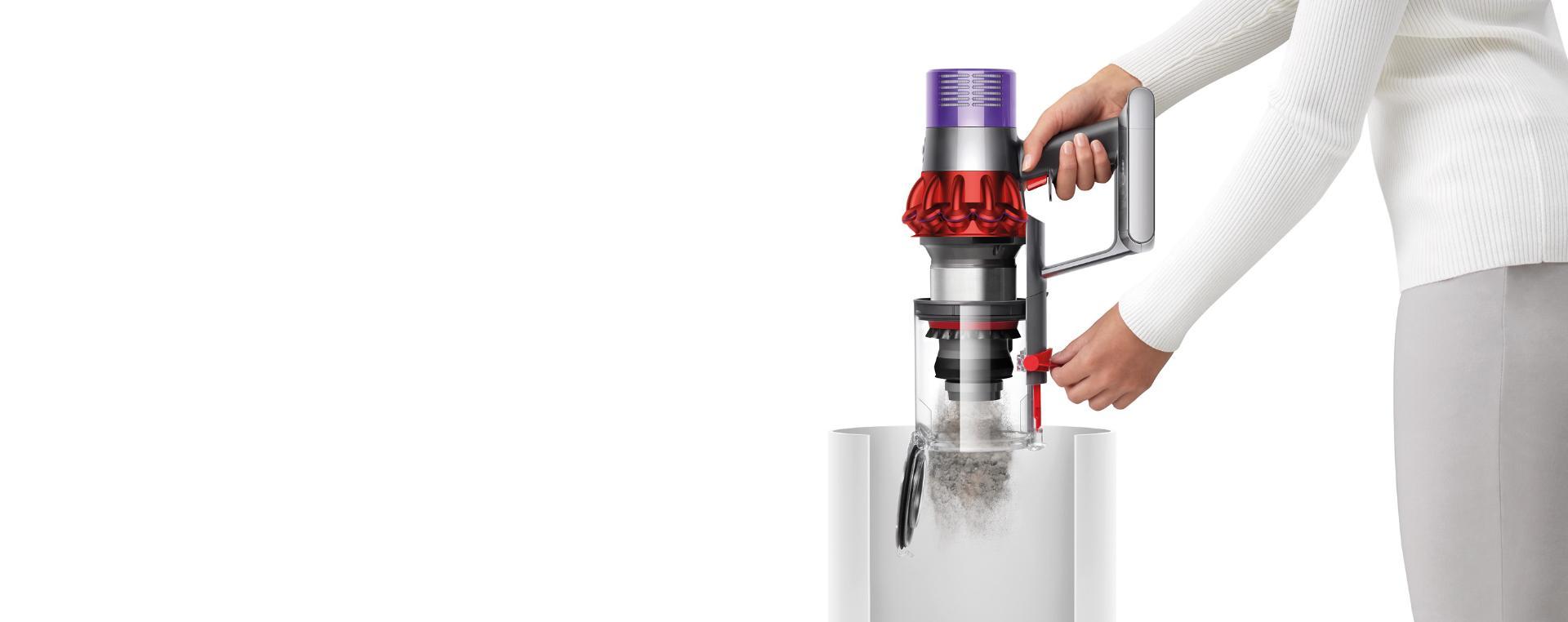 Dyson Cyclone V10™ 吸塵機集塵筒正在被清空
