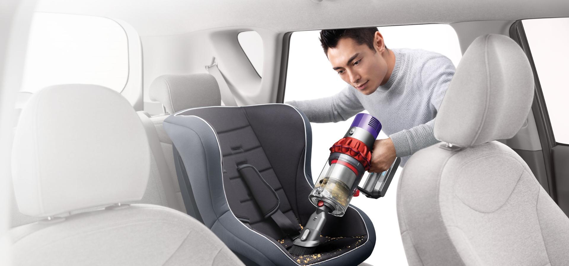 Dyson Cyclone V10™ 吸塵機於手提式下清潔車廂內部