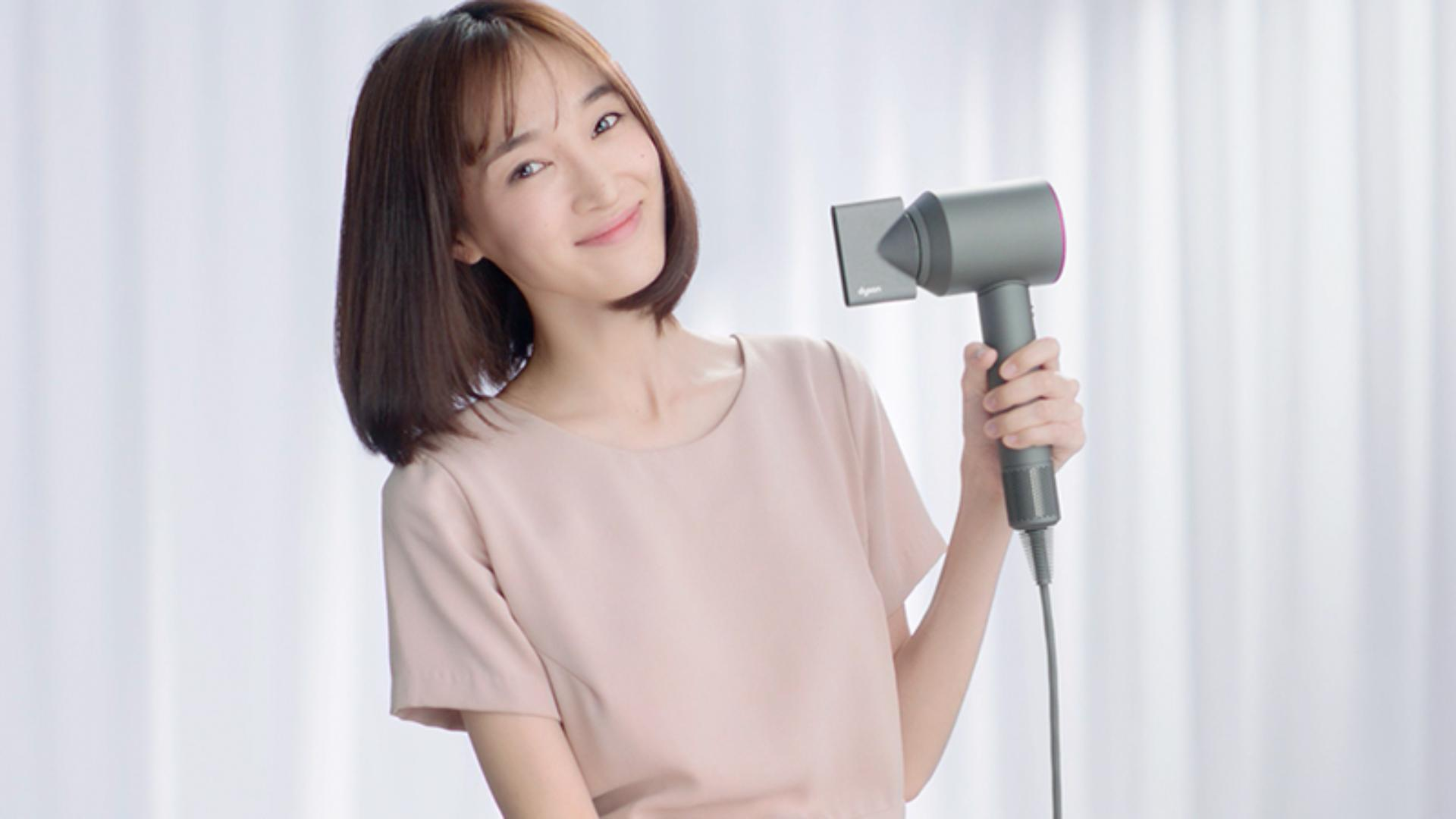 Video about how to use the Dyson Supersonic™ hair dryer Styling concentrator