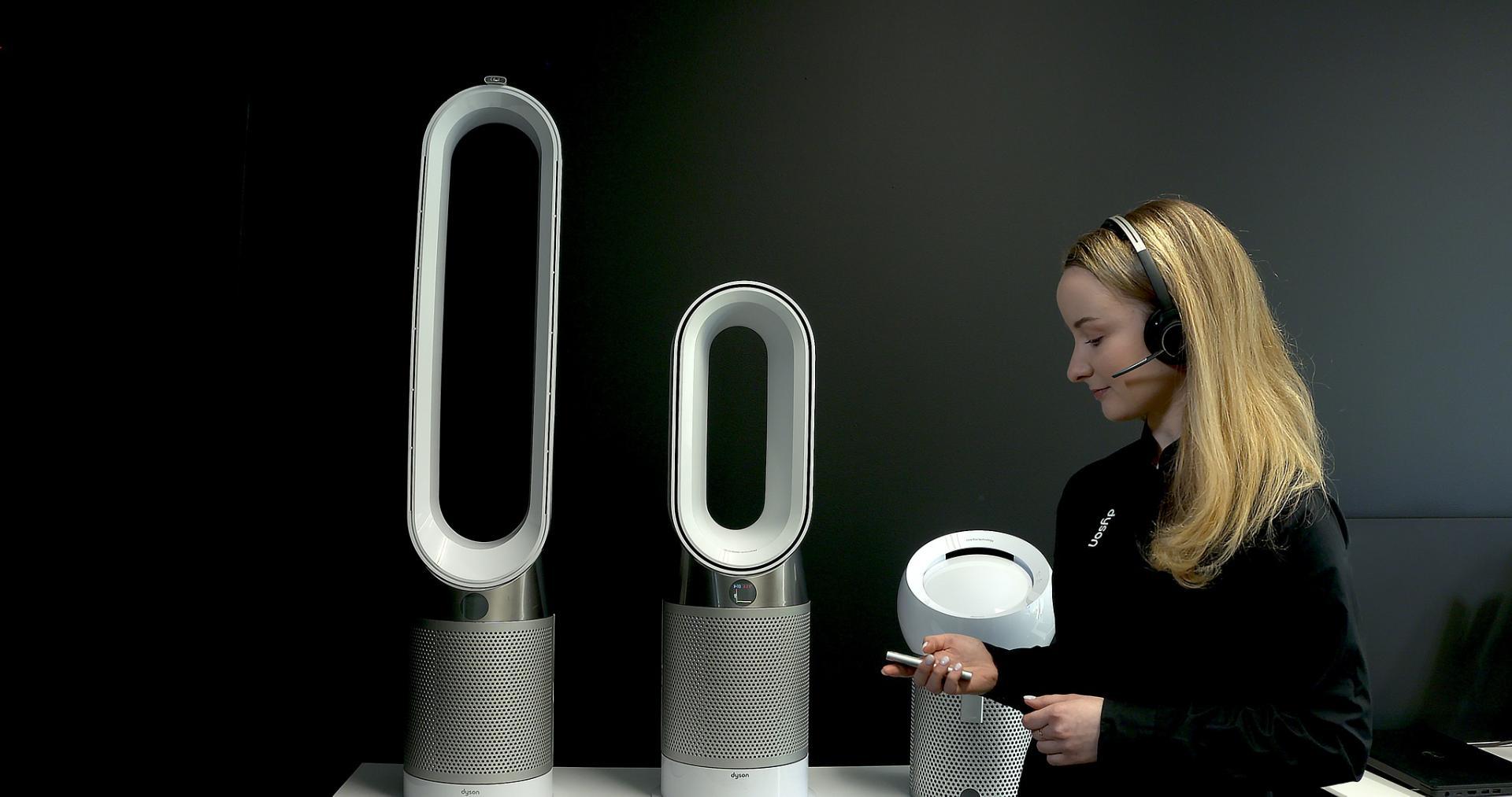 Expert Dyson prezentujący oczyszczacze powietrza Dyson