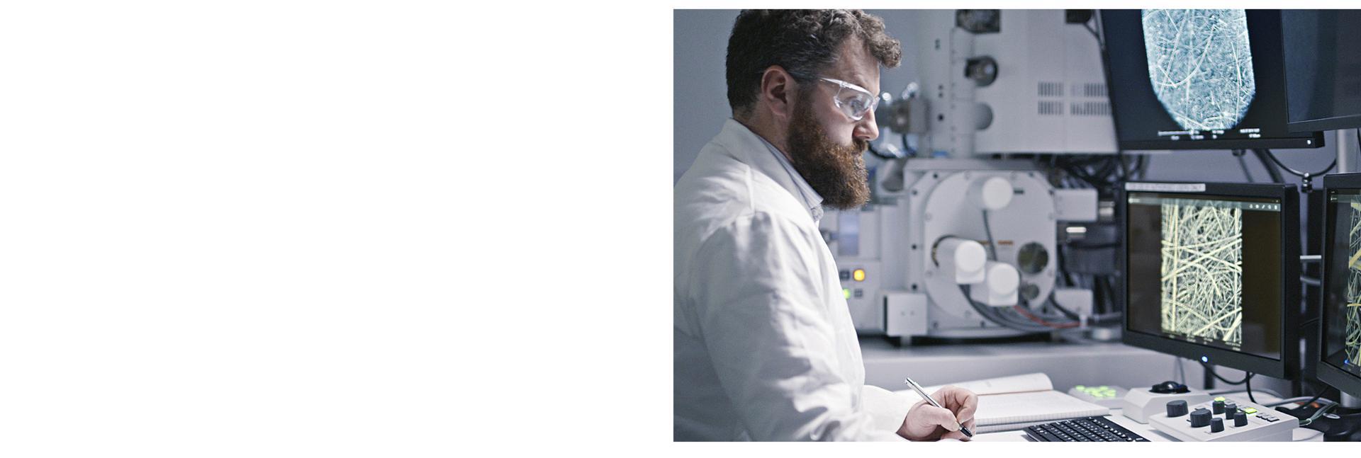 Savanții examinează fibrele pe ecranele computerului