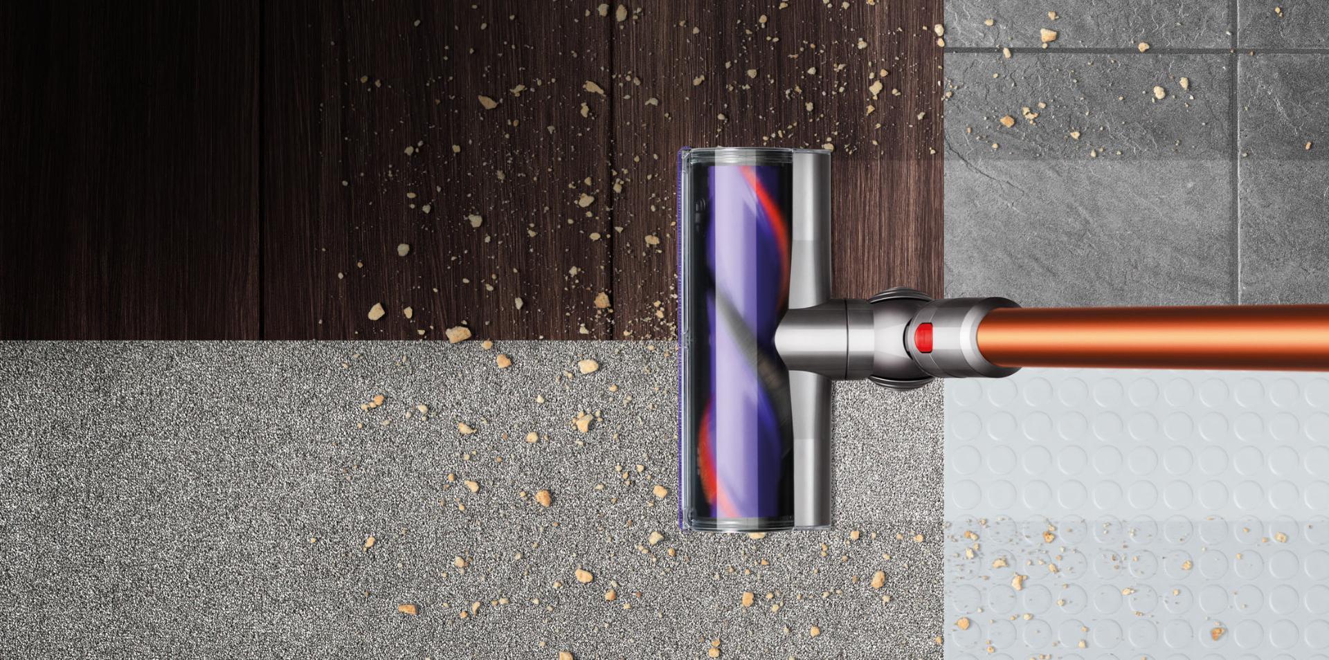 Dyson Cyclone V10™ elektrikli süpürge dört döşeme tipini temizlerken