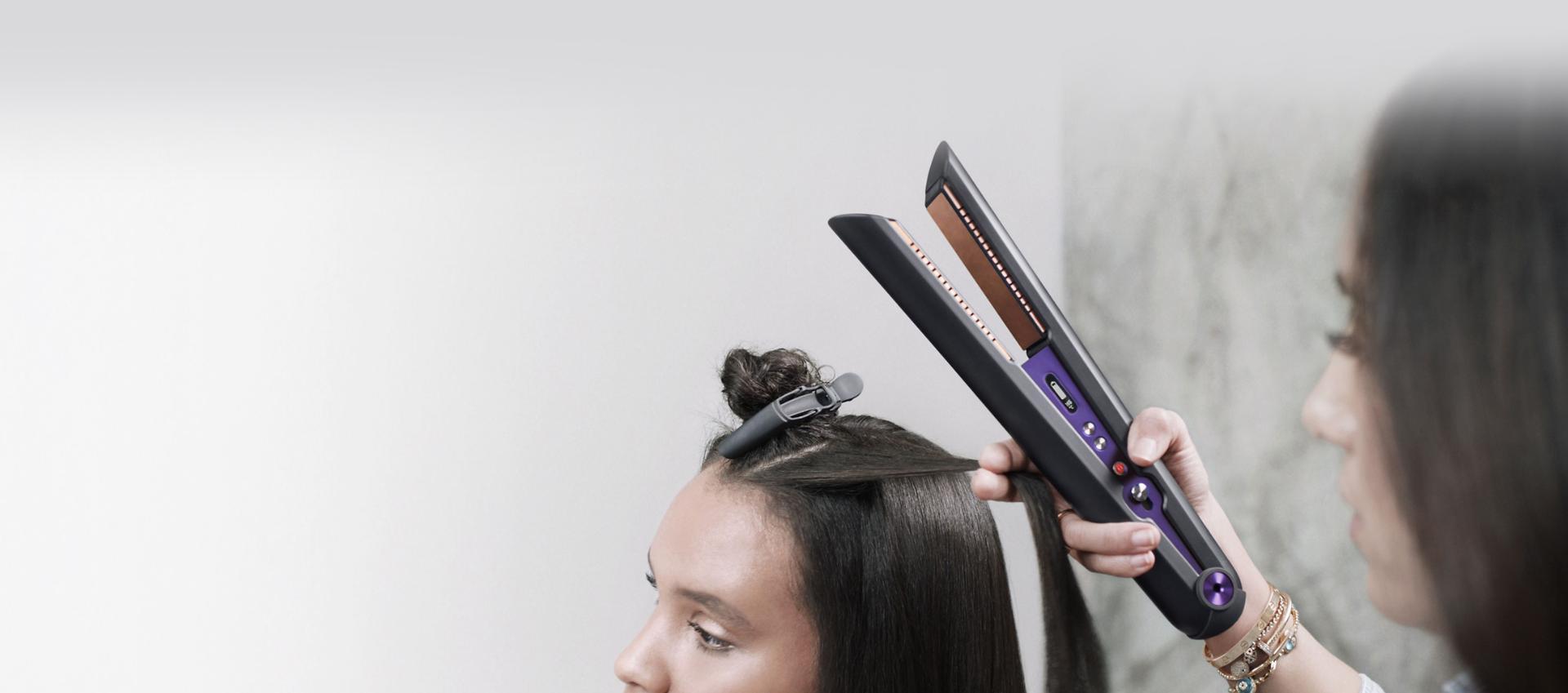 Profesyonel saç stilisti Dyson Corrale saç düzleştiriciyi kullanıyor