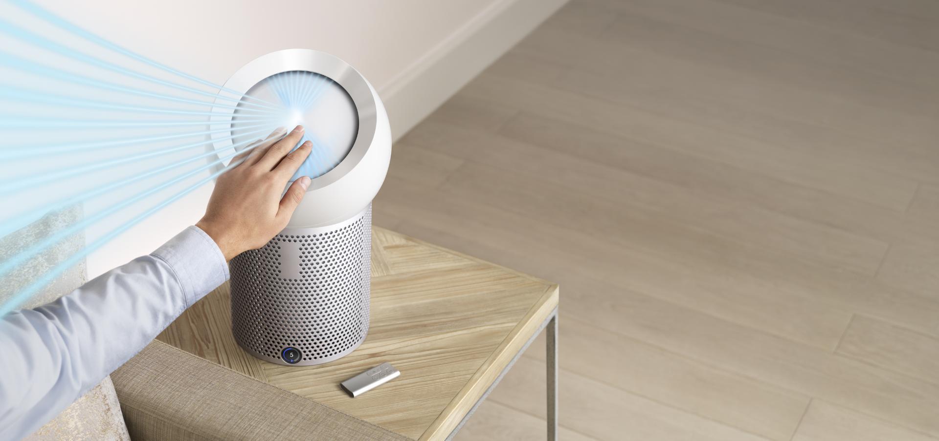 يدّ تمتد لتغيير اتجاه تدفق الهواء باستخدام تكنولوجيا Dyson Core Flow