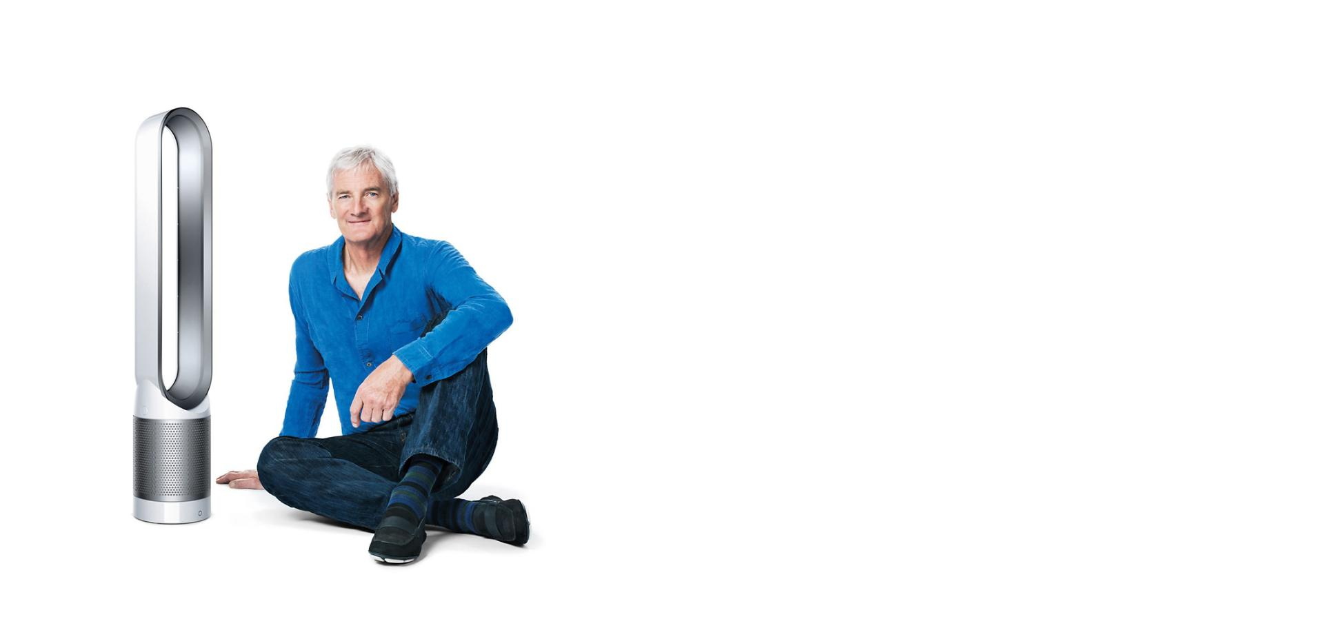 جيمس دايسون يجلس بجوار المروحة المُنقية للهواء Dyson Pure Cool™