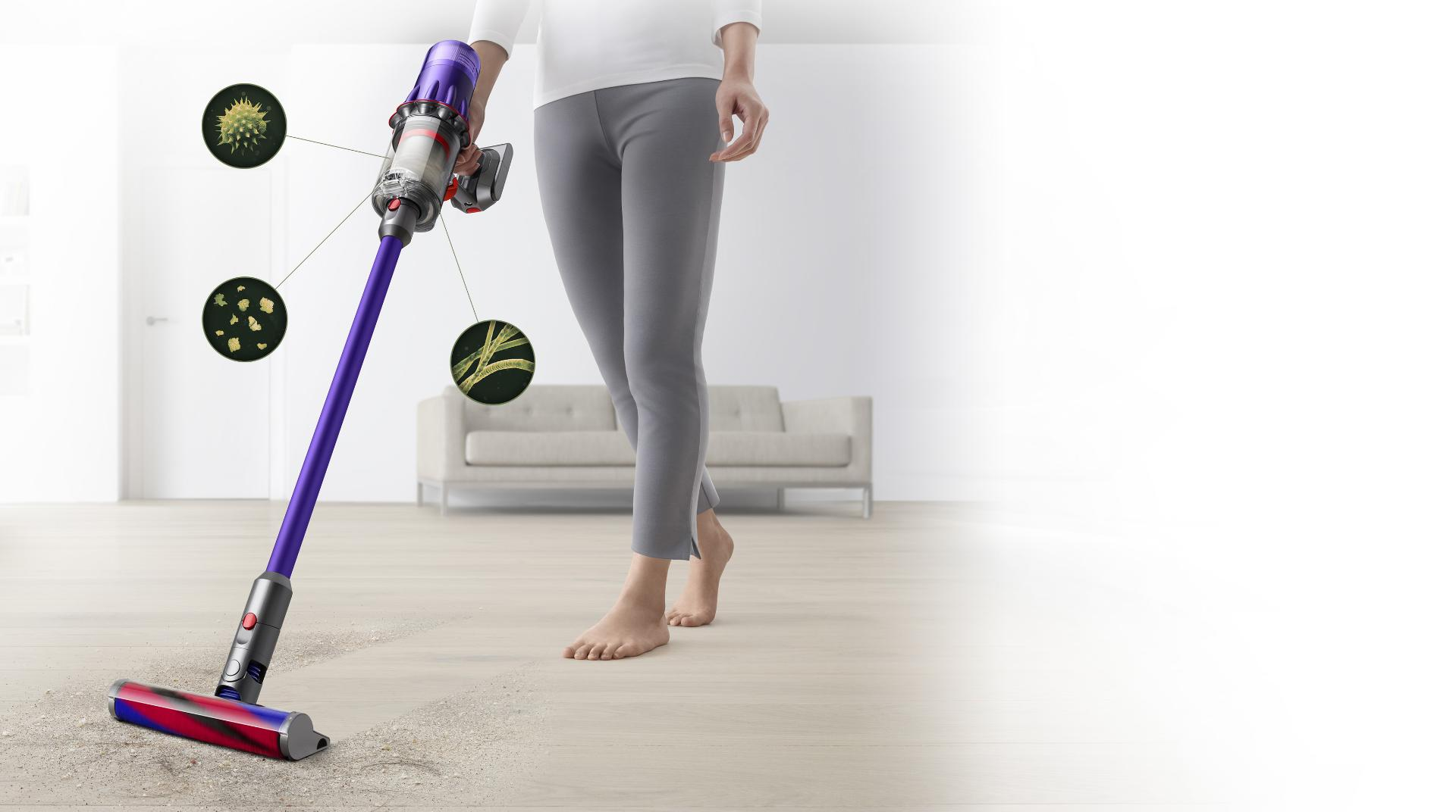 صورة لسيدة تُنظِّف أرضية صلبة وسجادة تاتامي. لقطات مجهرية للمواد المسببة للحساسية والأتربة الدقيقة المختبئة في الأركان.