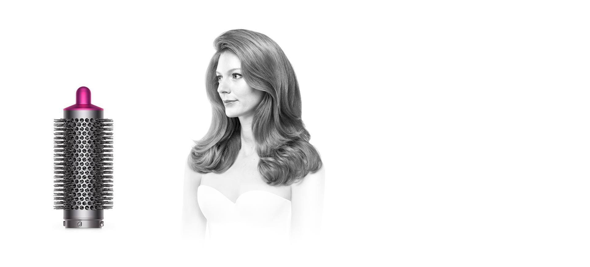 فرشاة التكثيف المستديرة مع امرأة ذات شعر مجعد