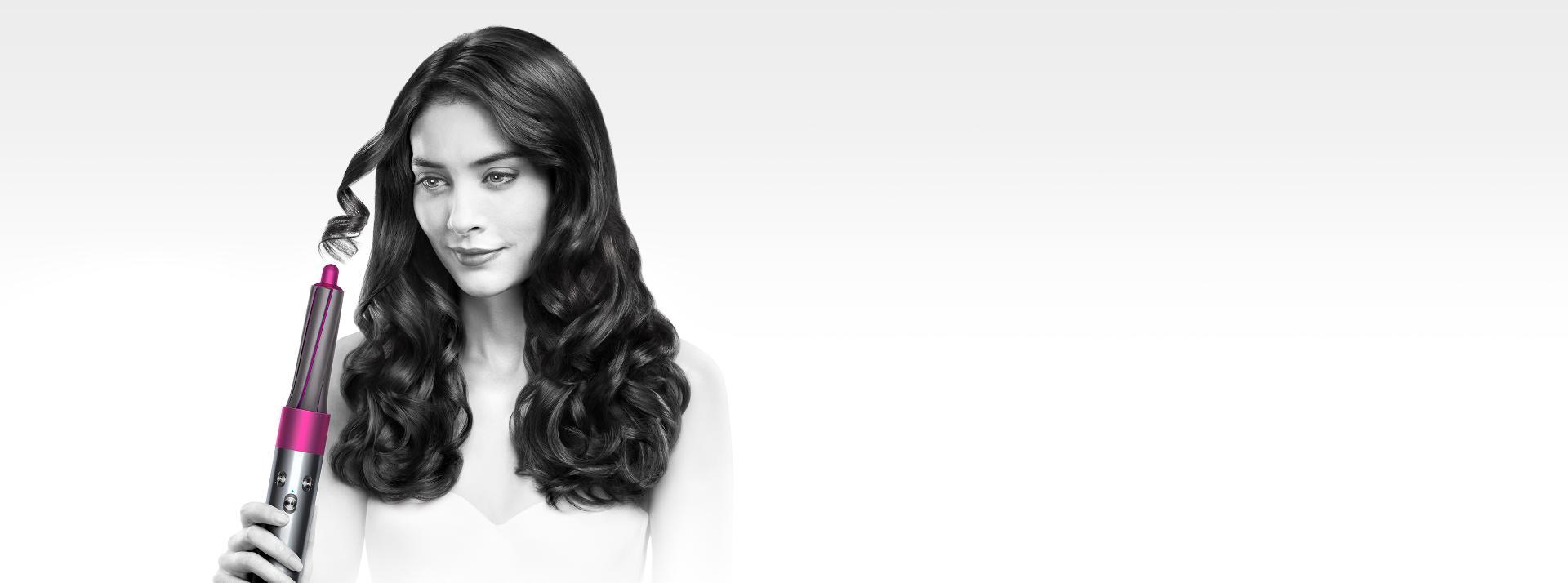דוגמנית המשתמשת במעצב השיער Dyson airwrap
