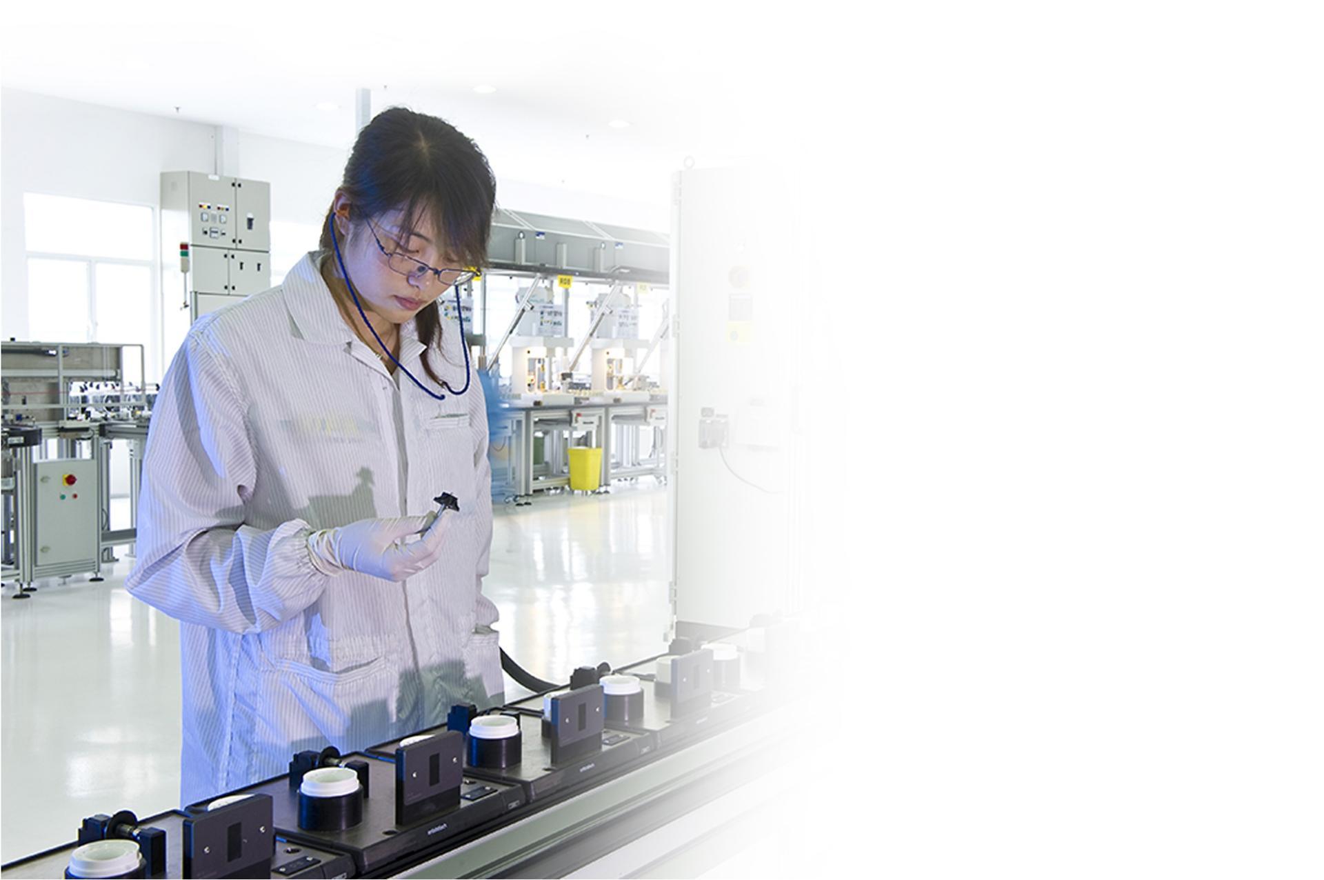 Nhà khoa học đang thử nghiệm các bộ phận trong phòng thí nghiệm