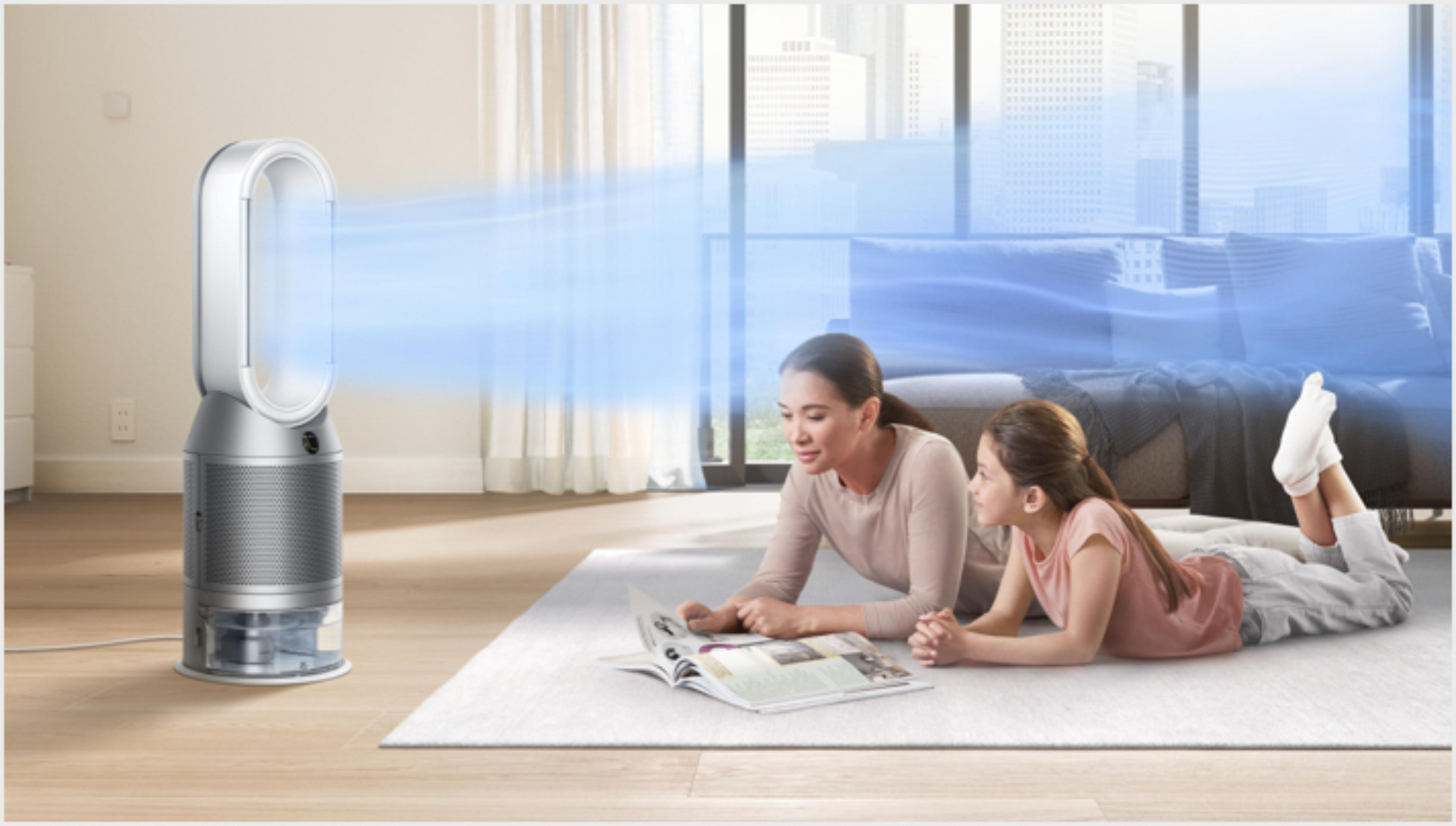 Matka i córka leżą na dywanie, a oczyszczacz z funkcją nawilżania Dyson je chłodzi