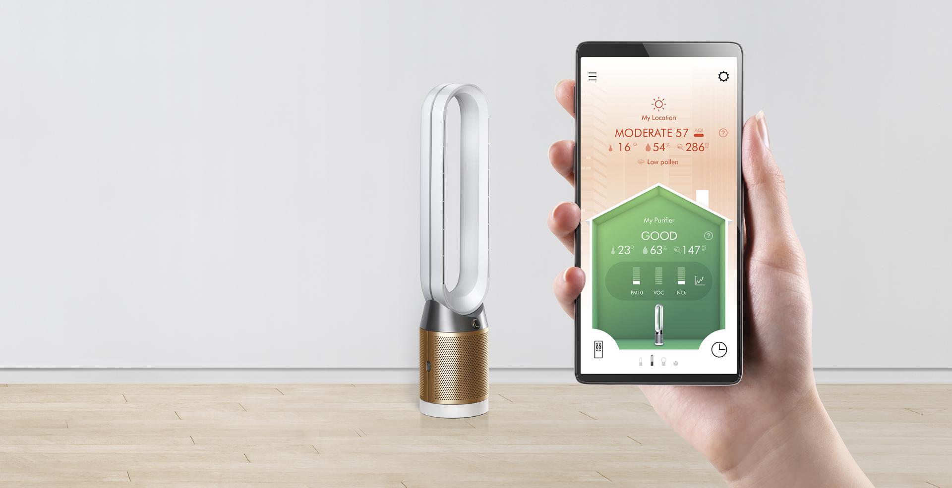다이슨 링크 앱을 통해 다이슨 공기청정 선풍기를 원격으로 제어하는 사람의 모습