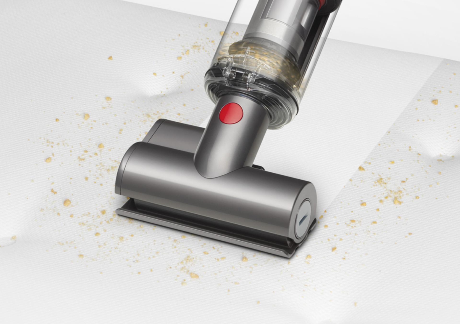 다이슨 옴니-글라이드™ 무선 청소기를 핸디 모드 전환해 계단을 청소하는 모습.
