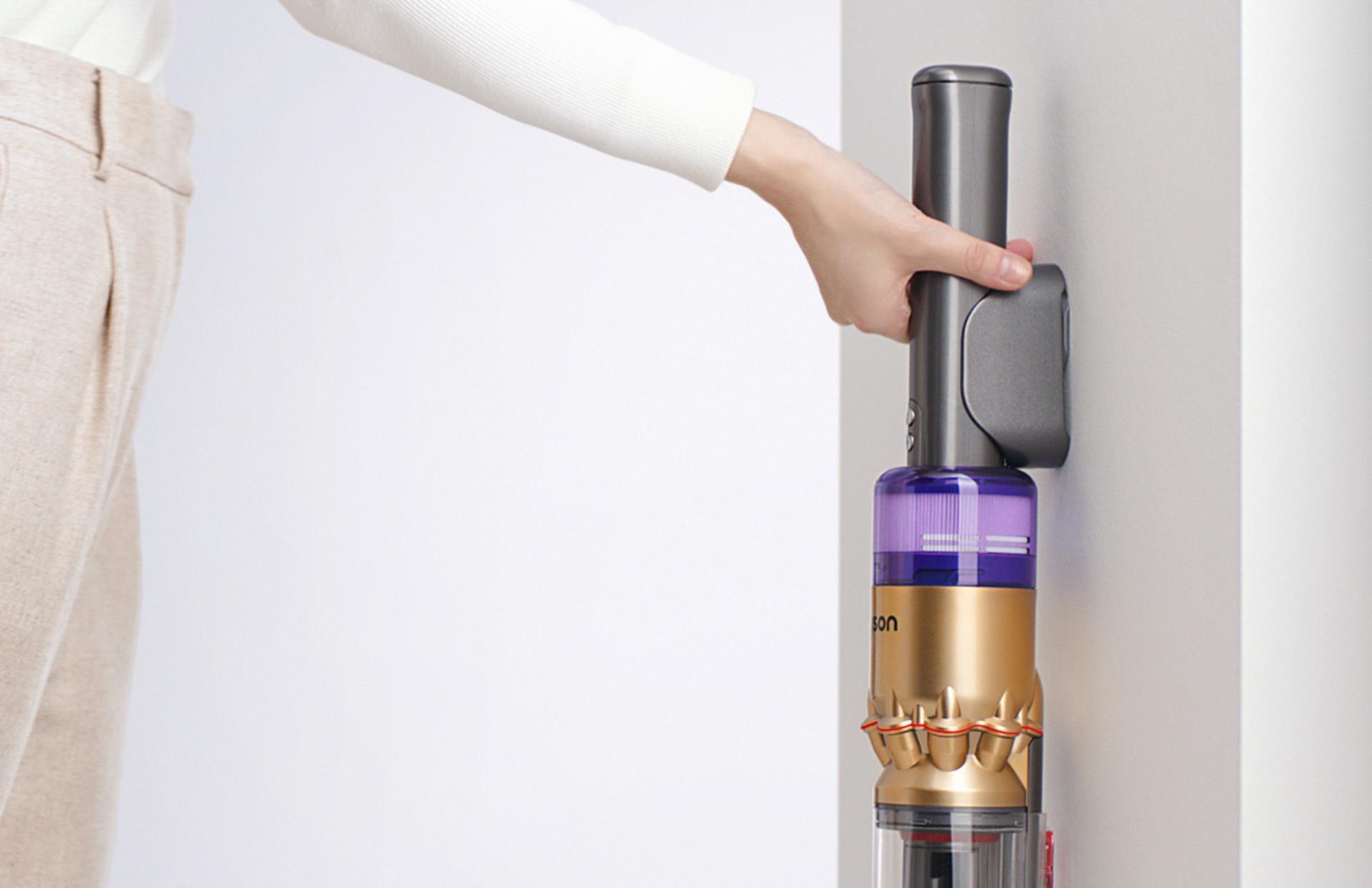 벽 설치형 충전 거치대에 거치된 다이슨 옴니-글라이드™ 무선 청소기.