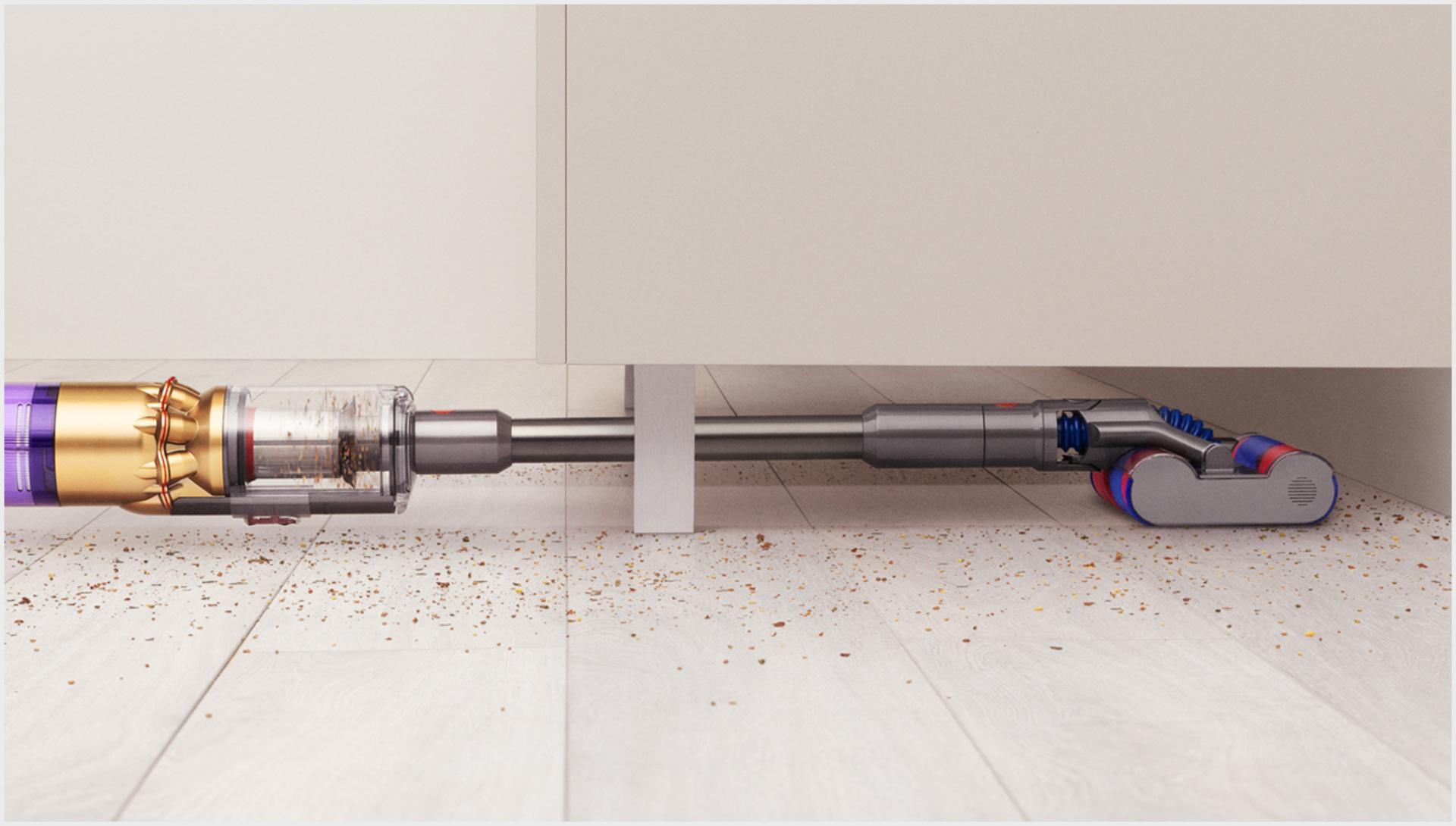 다이슨 옴니-글라이드™ 무선 청소기로 낮은 가구 아래를 청소하는 모습.