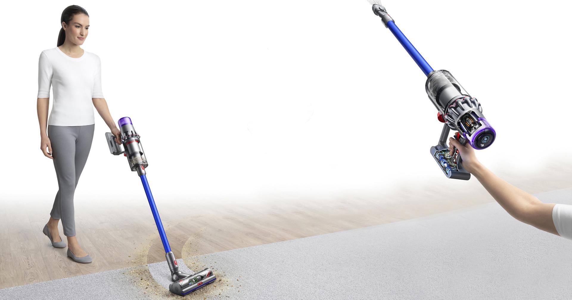 سيدة تستخدم مكنسة Dyson V11 لالتقاط المخلفات من السجاد. مكنسة Dyson V11 تُستخدم أيضاً لتنظيف الأماكن العالية.
