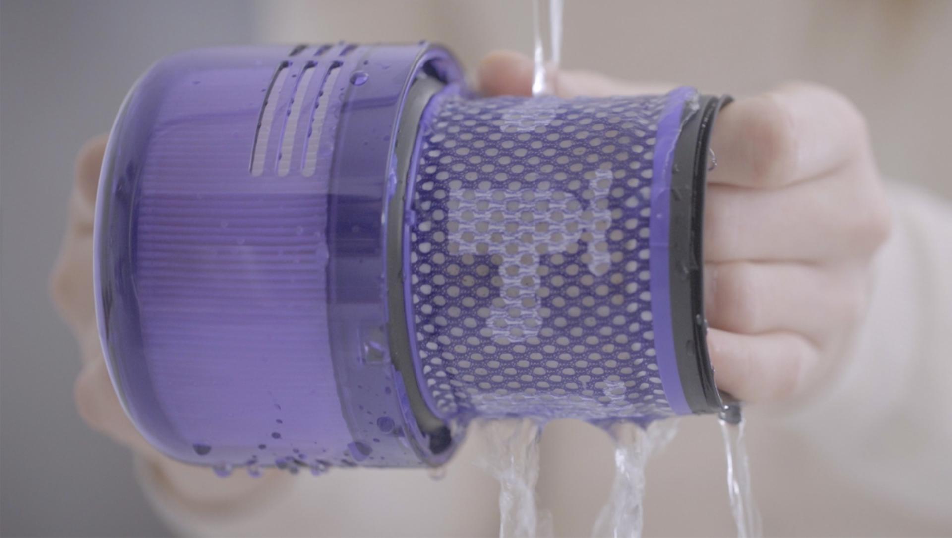 Videó a Dyson V11™ porszívó szűrőjének elmosásáról