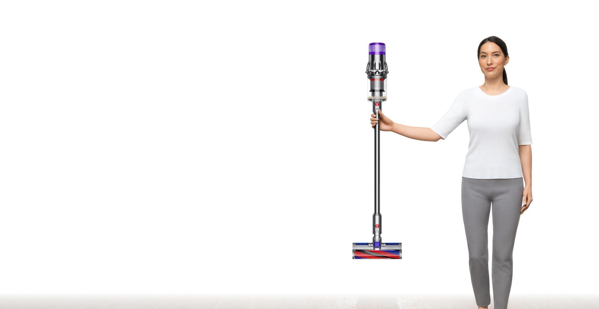 Hình ảnh một phụ nữ đang cầm máy hút bụi Dyson Digital Slim™.