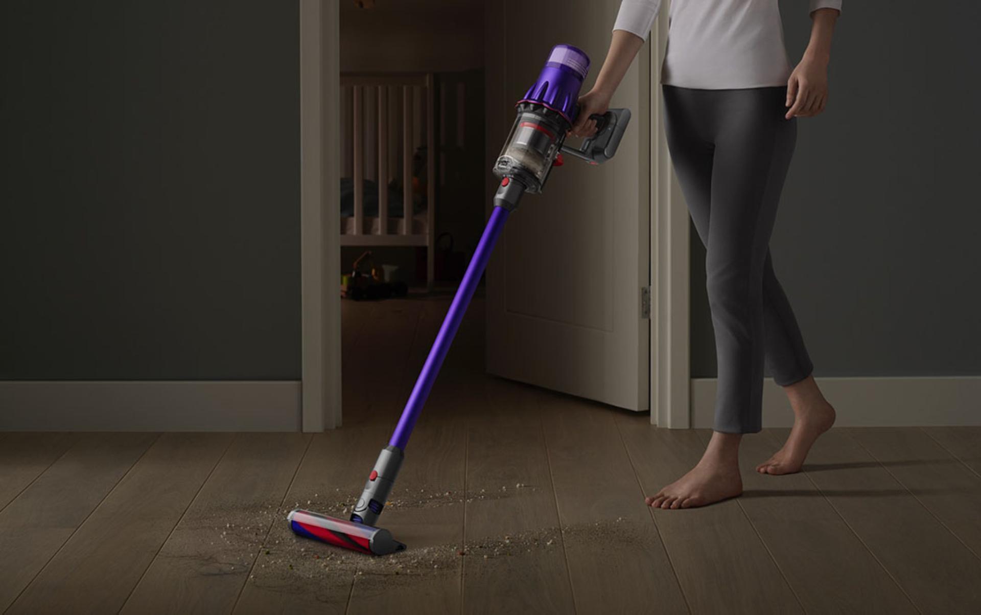 Máy hút bụi Dyson Digital Slim™ đang làm sạch sàn cứng cạnh cửa phòng ngủ.