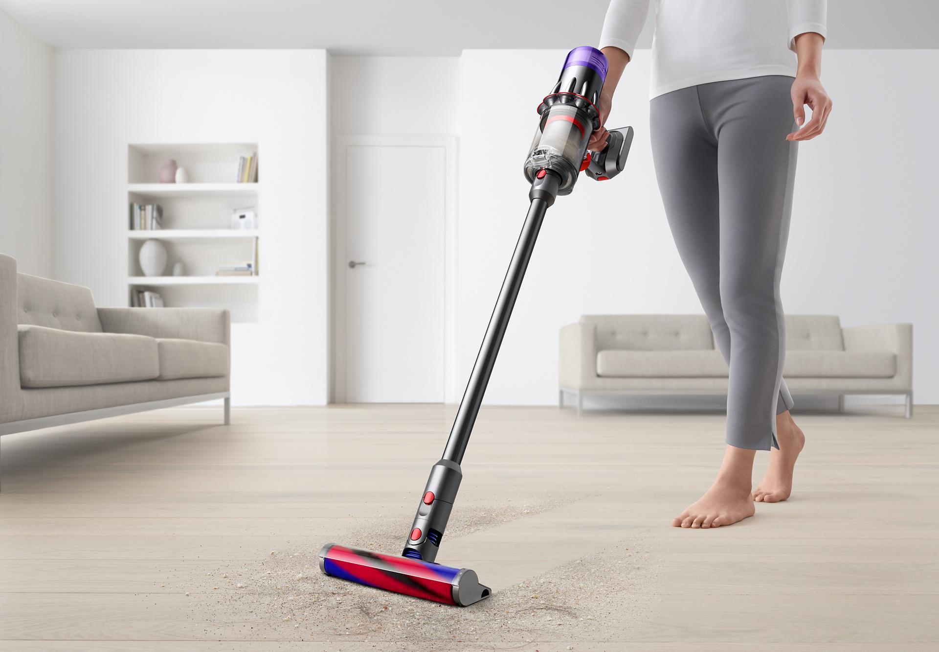 เครื่องดูดฝุ่น Dyson Digital Slim™ ทำความสะอาดพื้นแข็งหน้าประตูห้องนอน