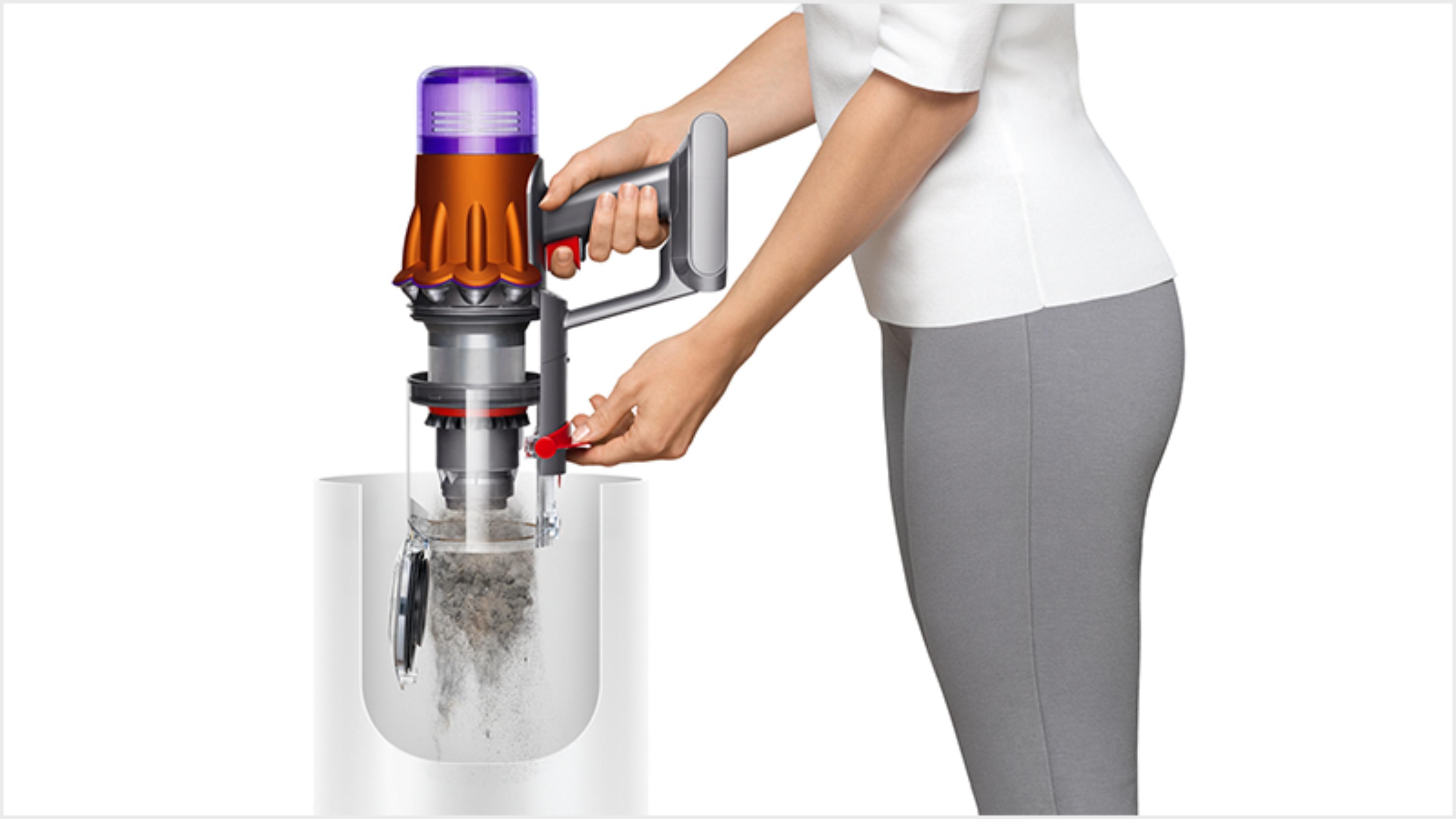 女性將Dyson Digital Slim輕量無線吸塵機中的塵垢清空至垃圾筒中