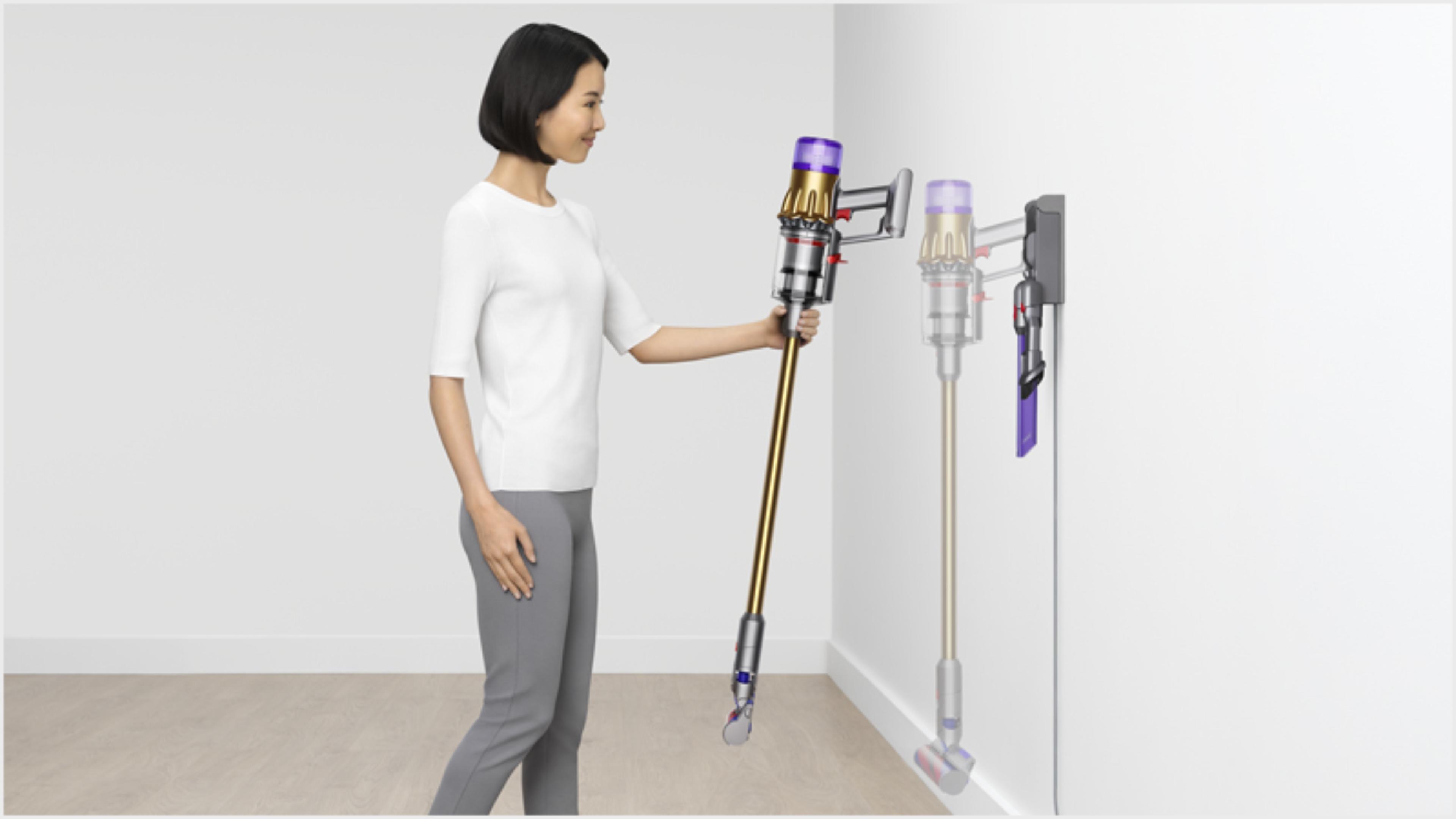 다이슨 디지털 슬림TM 무선 청소기를 벽걸이형 충전 거치대 걸고 있는 여성