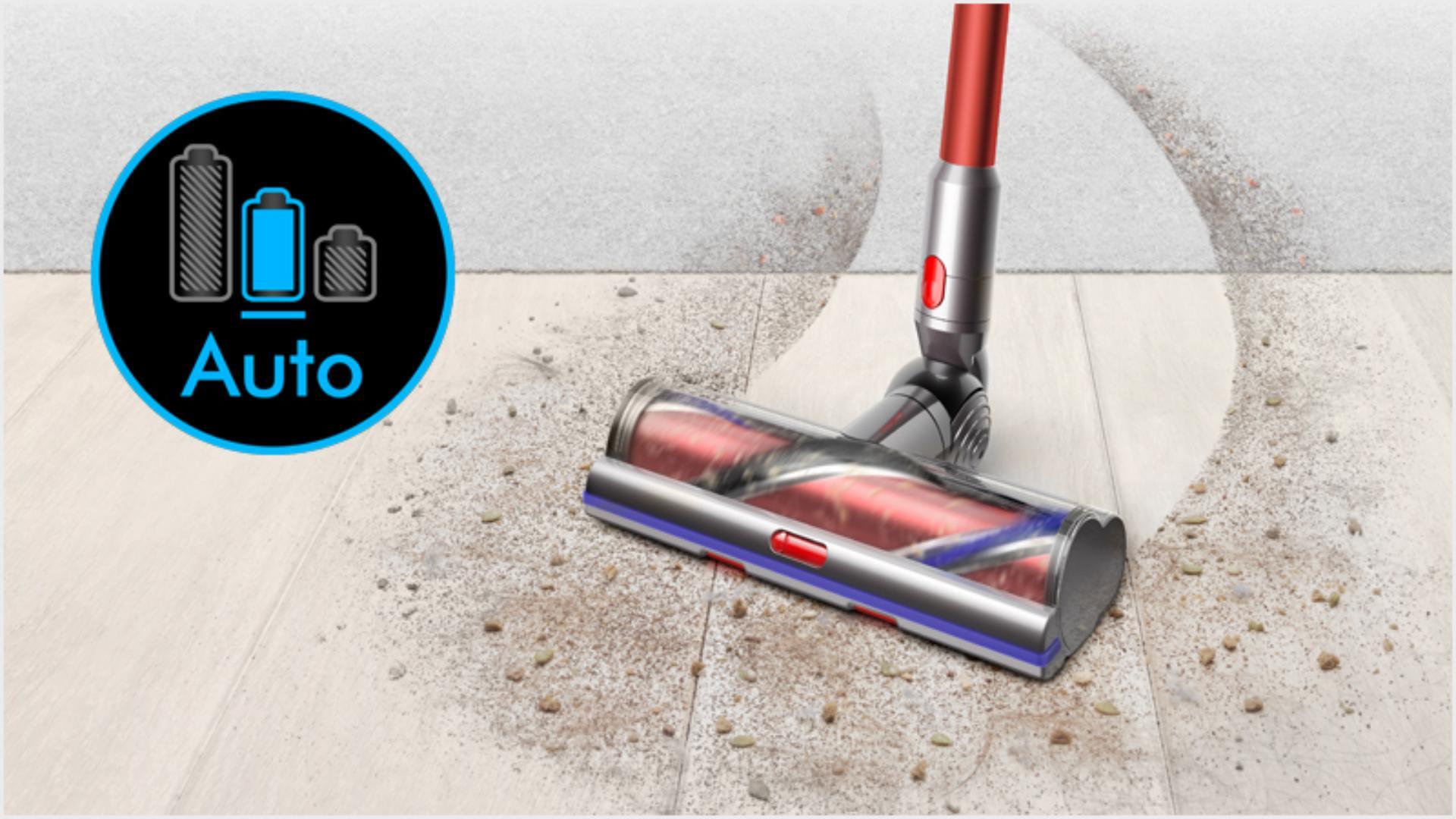 마룻바닥에서 카펫으로 이동하며 청소하는 다이슨 아웃사이즈 무선 청소기.