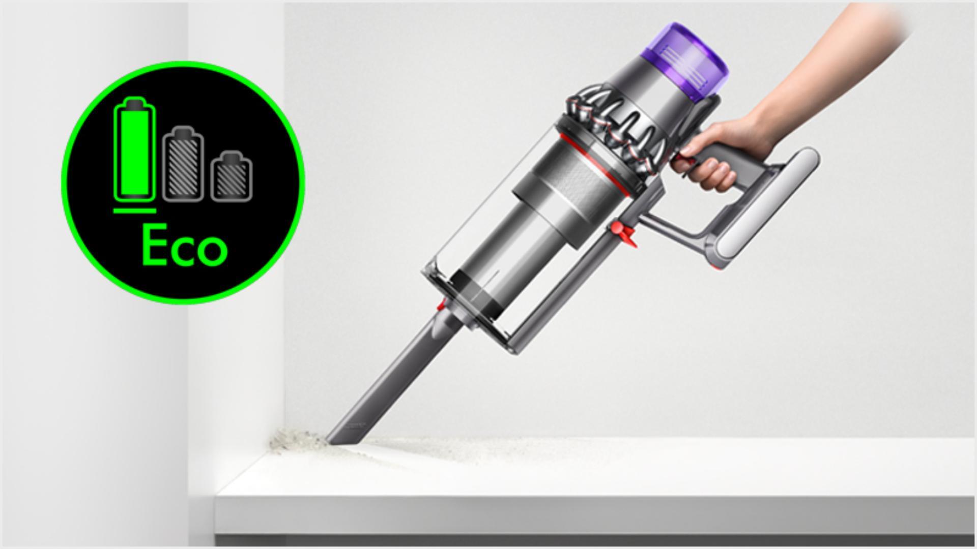 마룻바닥을 청소하는 핸디형 다이슨 아웃사이즈 무선 청소기.
