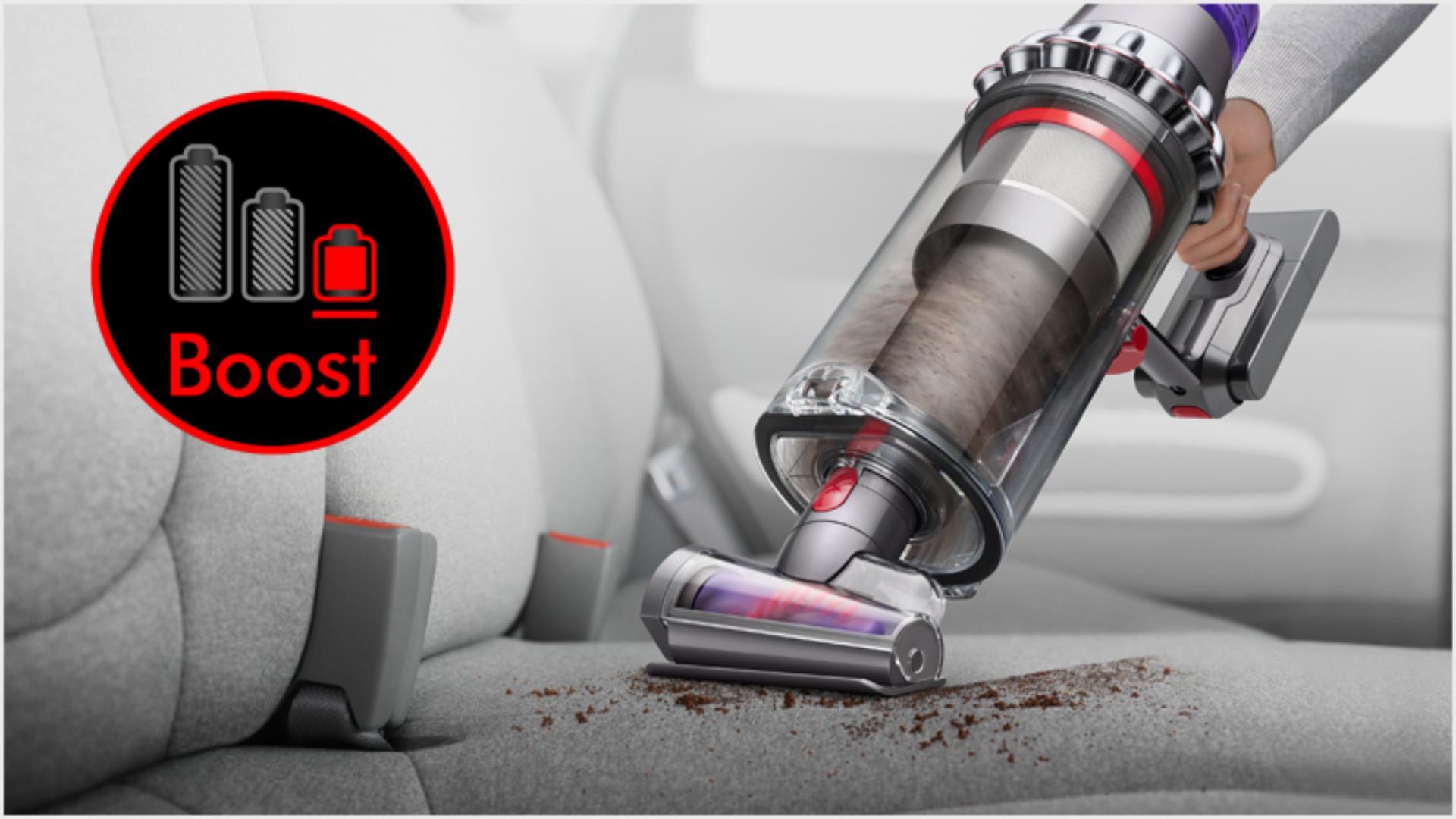 헤어 스크류 툴을 갖춘 핸디형 다이슨 아웃사이즈 무선 청소기로 차량 내부 청소.