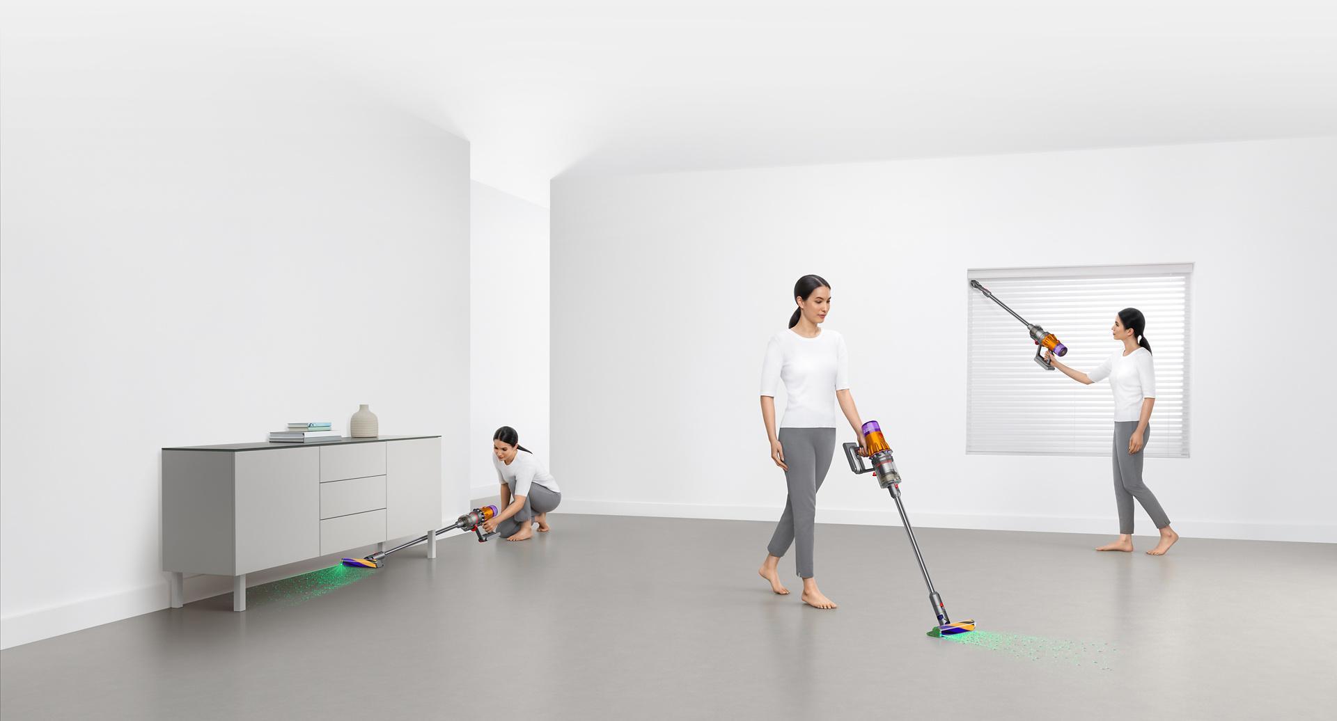 Người phụ nữ đang dọn dẹp ở nhiều nơi quanh nhà