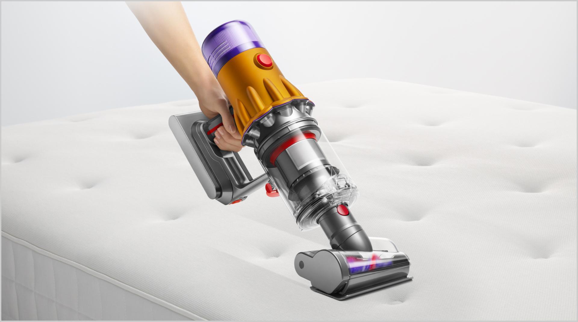 Công cụ hút tóc đang làm sạch đệm